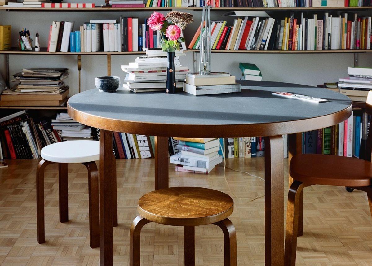 2114229_Aalto_Table_round_Stool_60_E60_walnut_stain_1_rgb_master