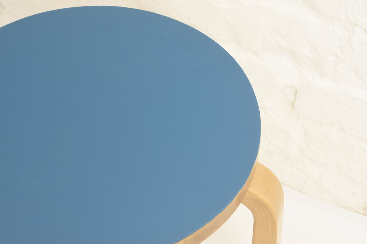 Aalto-Alvar-Stool60-Blue-painted_detail1
