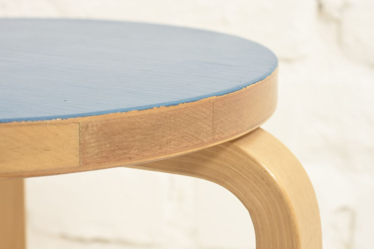 Aalto-Alvar-Stool60-Blue-painted_detail2