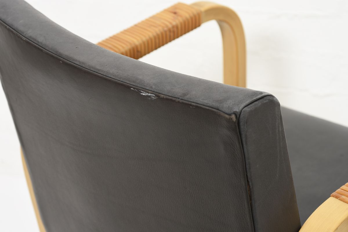Aalto-Alvar-Armchar46-Gray-Leather_detail2