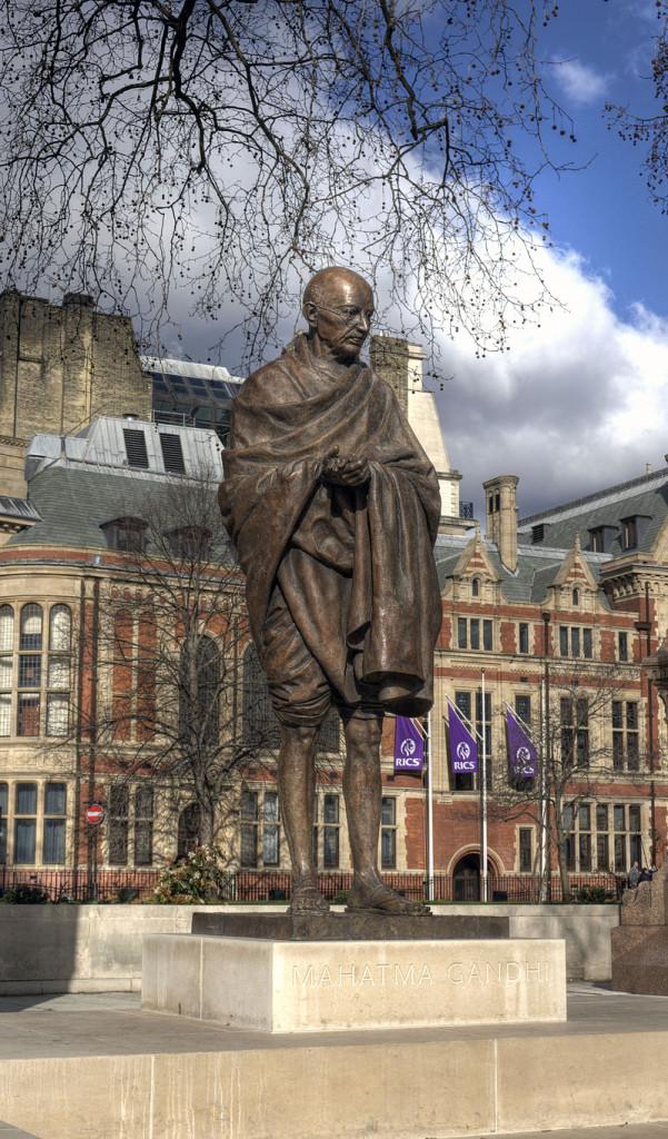 Statue_of_Mahatma_Gandhi,_Parliament_Square_wider_view
