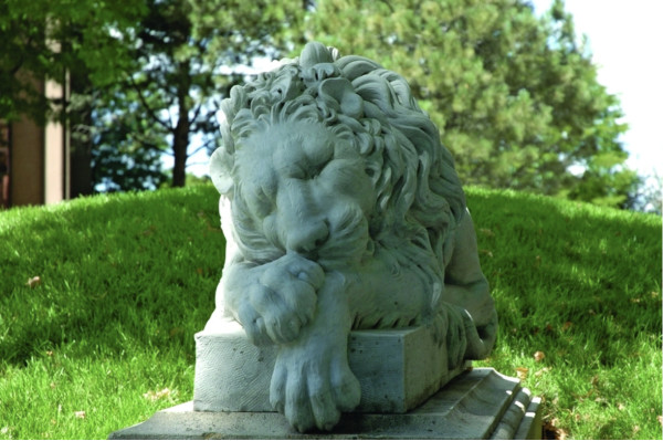 Leoni Sdraito (Resting Lions) West