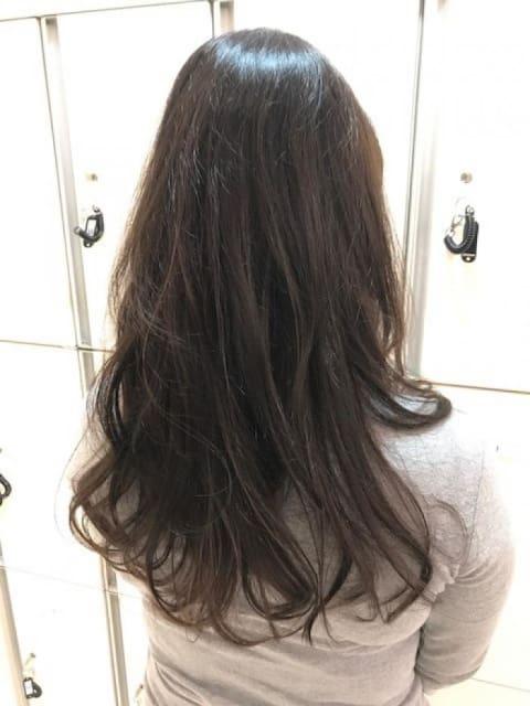 暗めのトーンでも透け感とツヤで美髪に魅せるイルミナカラー