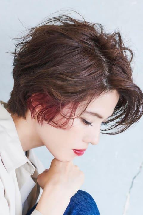 赤系のインナーカラーで 普通のショートヘアも雰囲気が変わる