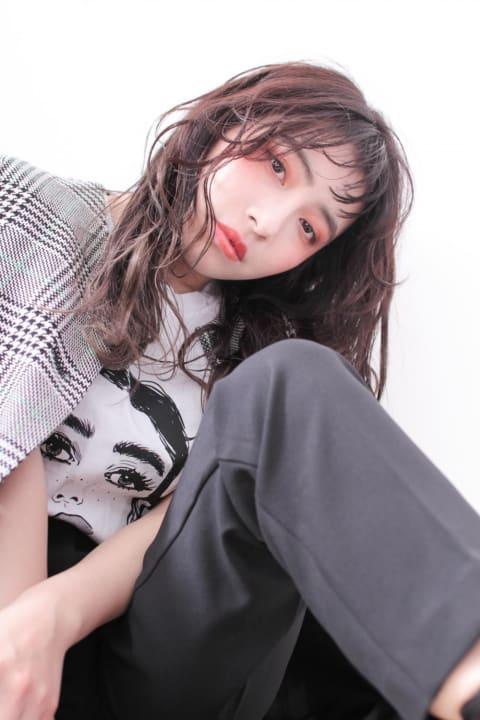 毛先にかけて明るくしたグラデーションカラーで透明感を出した大きめウェーブの韓流スタイル