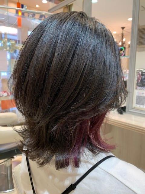 赤系のインナーカラーで普通のショートヘアも雰囲気が変わる