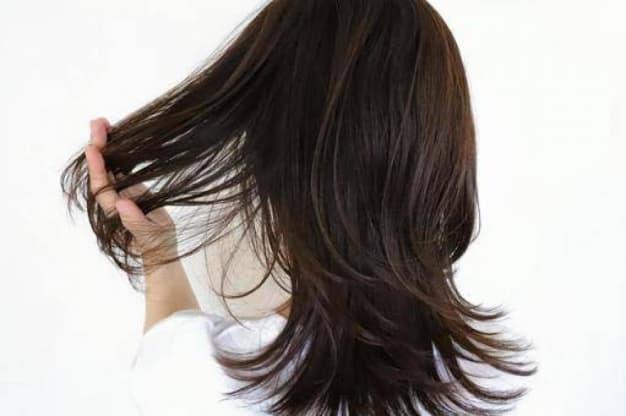 寝てる間に髪の毛が痛む理由とは?