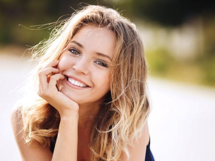 顔のたるみはなぜ起こる?ほうれい線を予防して小顔キープの方法