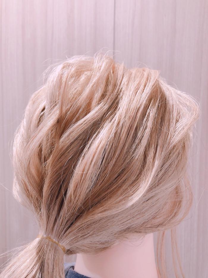 髪の毛を引き出してルーズ感をプラス