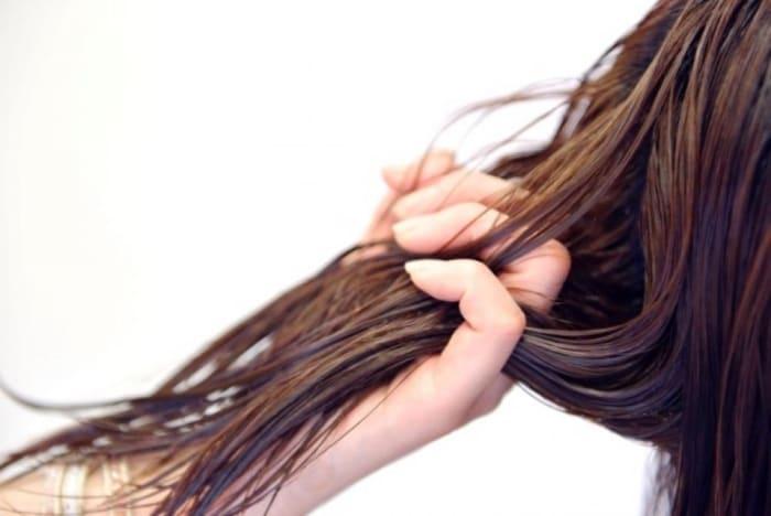 アイロン後は縮毛矯正の効果を定着させる為に加水という薬剤をシャンプー台で塗布します。