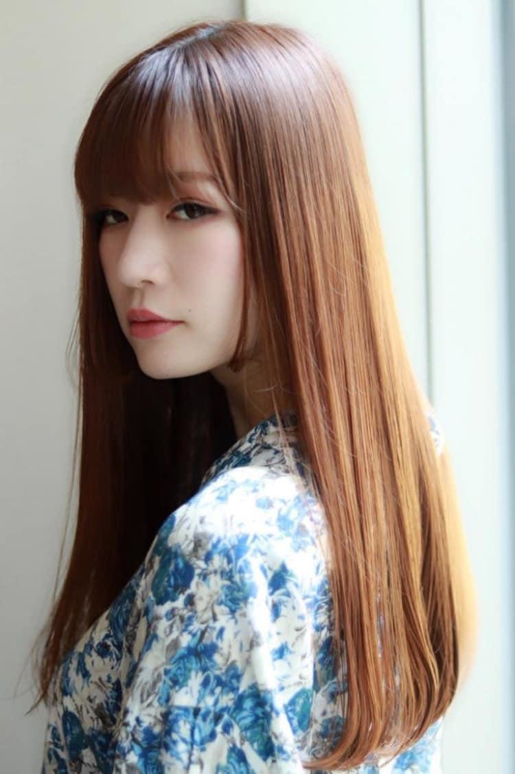 髪色で魅せるストレートロングヘア|サブ写真②