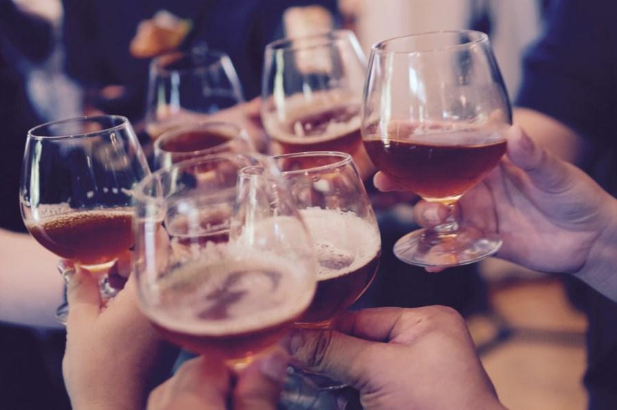 Biergläser werden angestoßen