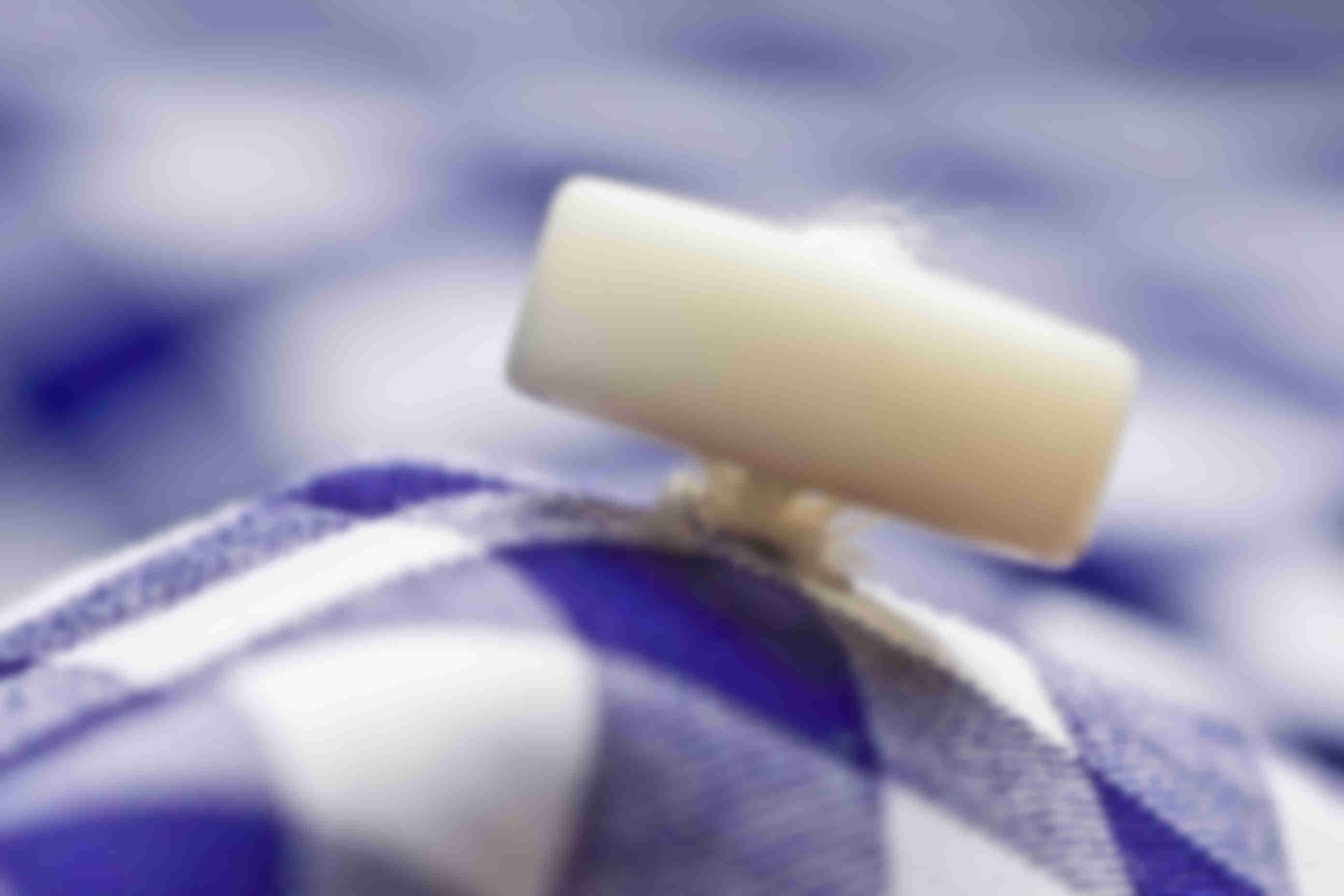 zoom sur la fabrication sur tige des boutons en nacre sur les chemises sur mesure Atelier Mesure