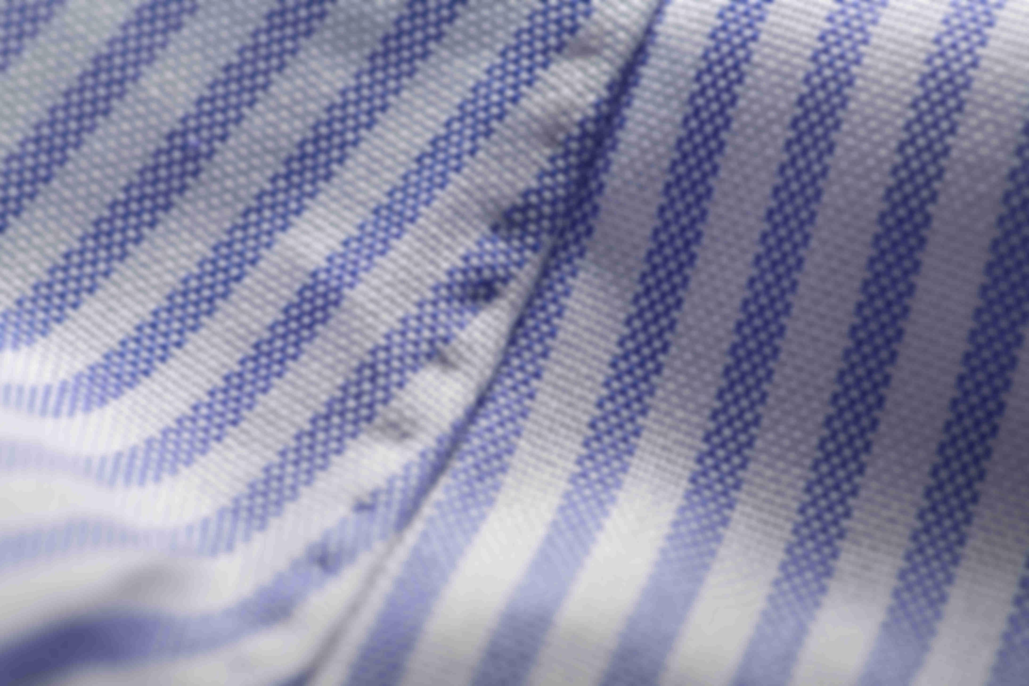 Zoom sur la fabrication à la main des coutures latérales des chemises sur mesure Atelier Mesure
