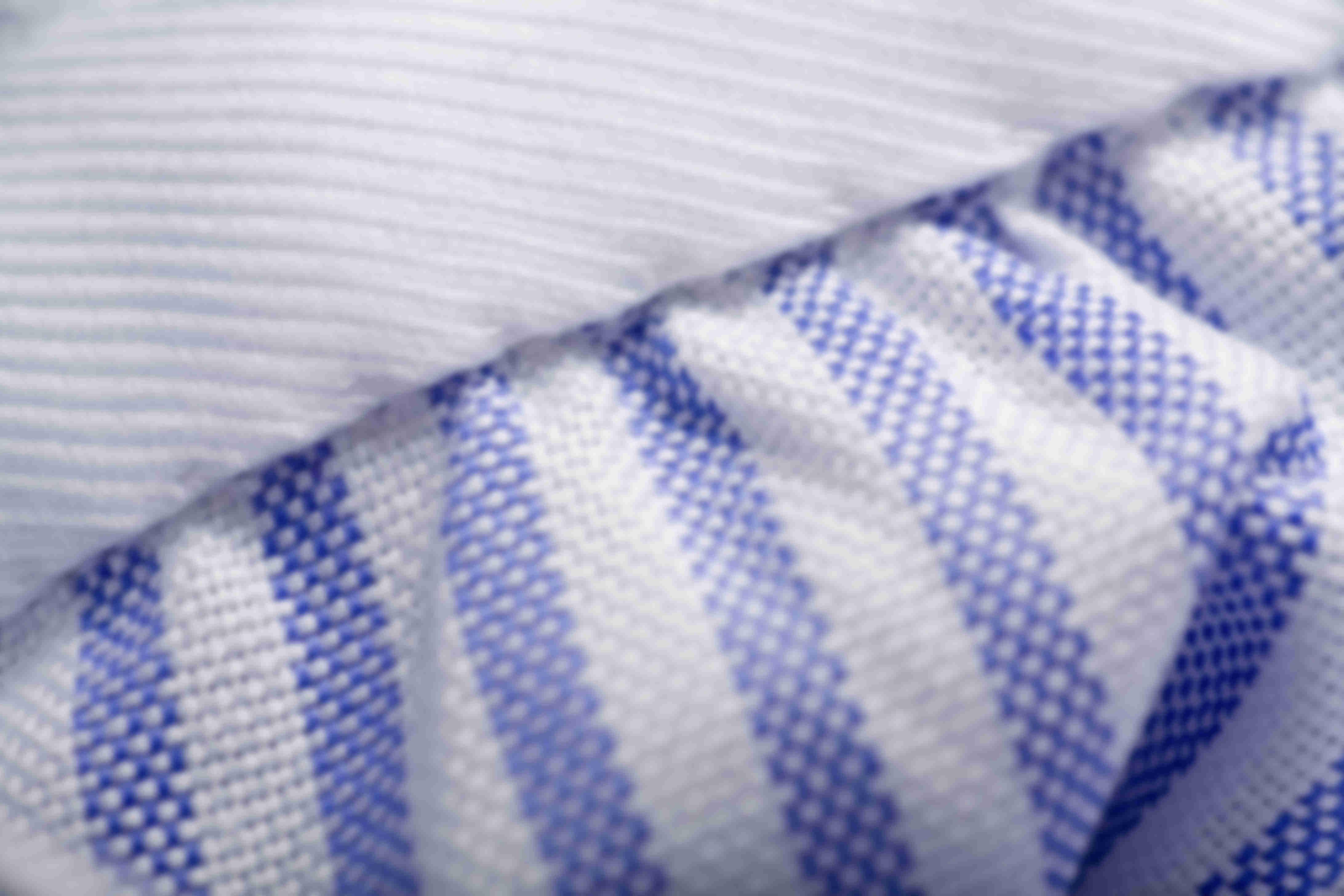 Zoom sur la fabrication à la main des fixations de poignets plissés des chemises sur mesure Atelier Mesure