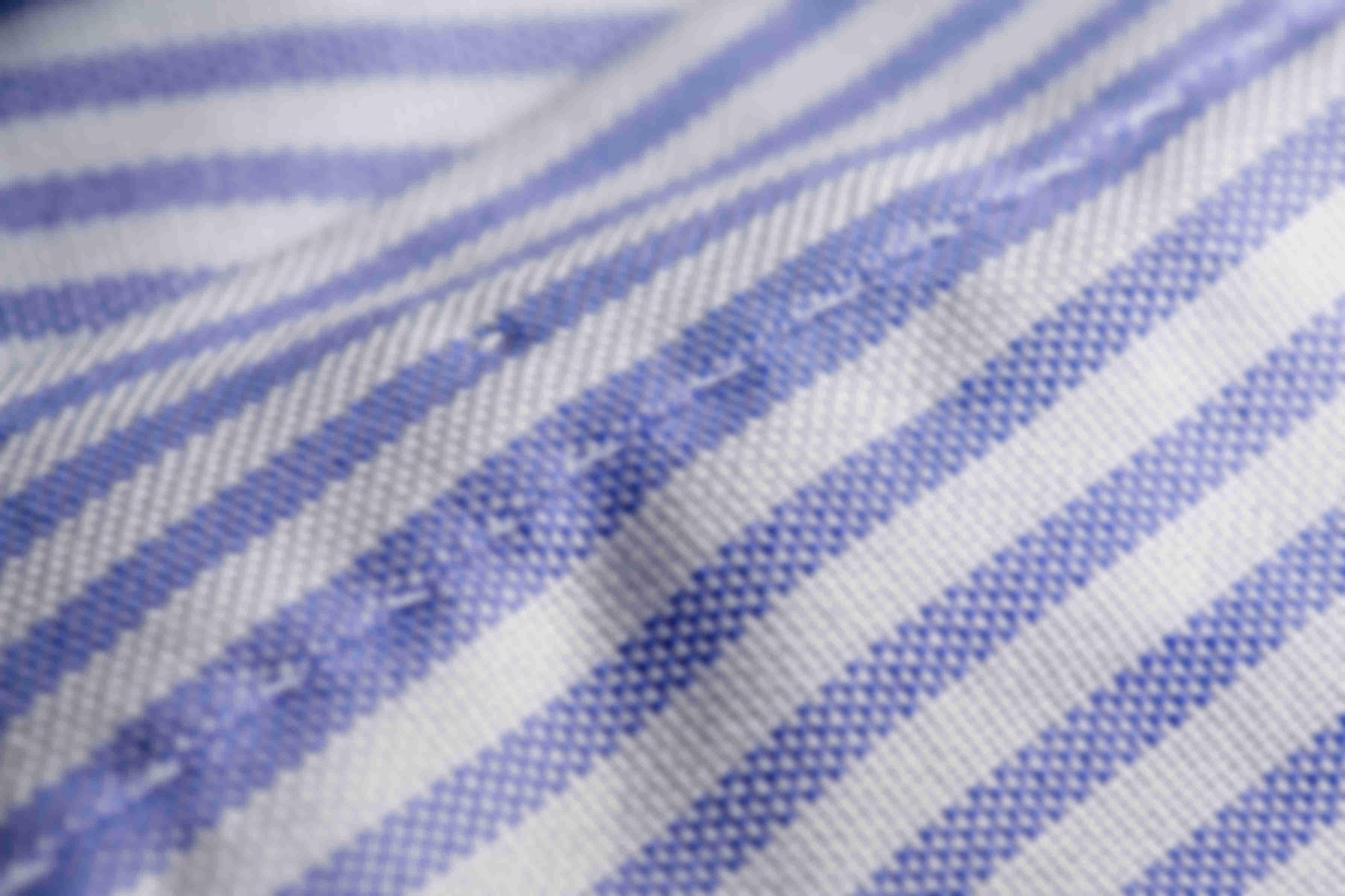 Zoom sur la fabrication à la main de la patte boutonnée à l'avant des chemises sur mesure Atelier Mesure