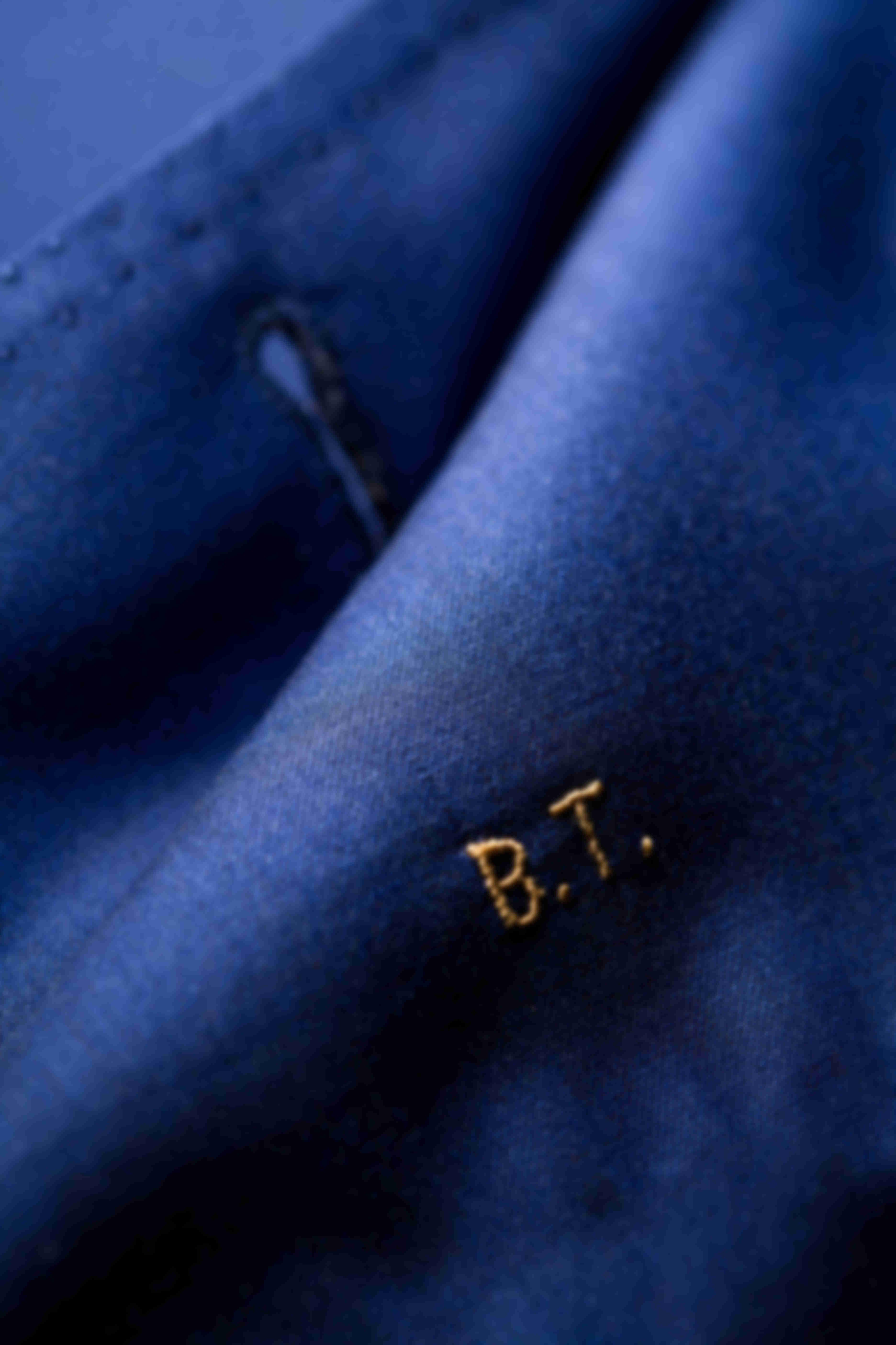 Zoom sur la broderie des Initiales faite main faite main sur les vestes sur mesure Atelier Mesure