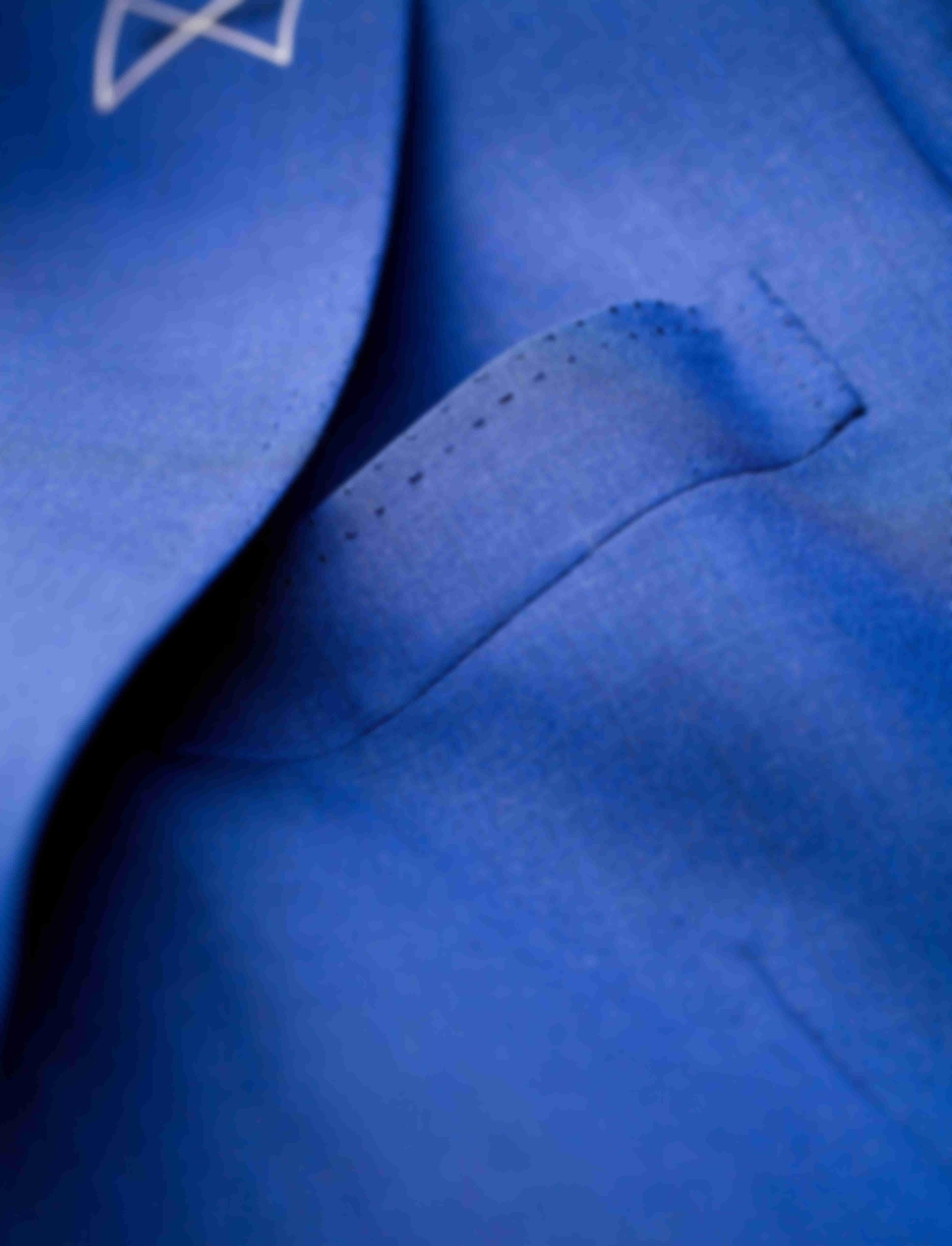 Zoom sur la surpiqûre AMF poche veste faite main d'une veste sur mesure Atelier Mesure