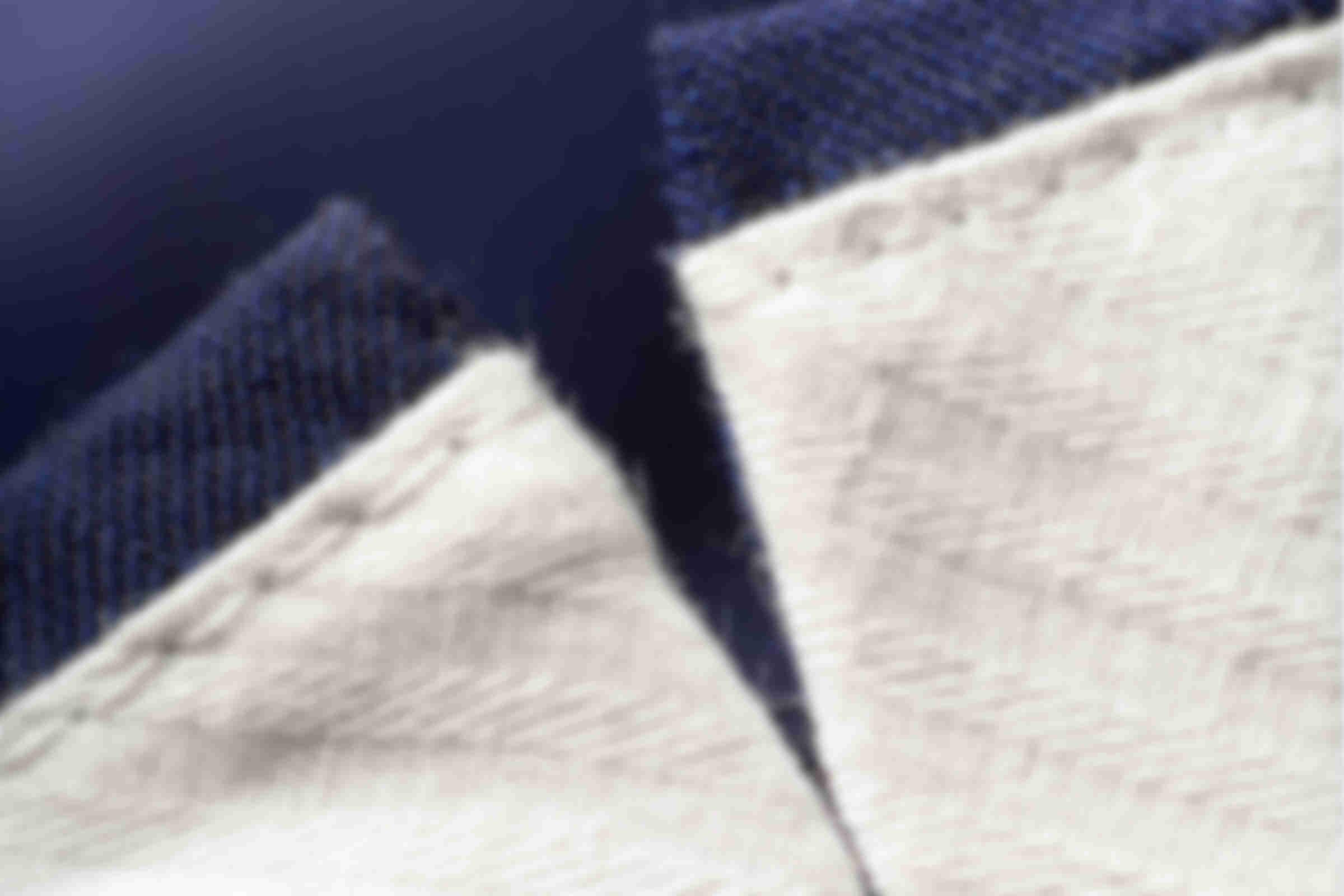 """Zoom sur le détail de fabrication du """"V"""" ou """"Dinersplit"""" des pantalons sur-mesure Atelier Mesure"""