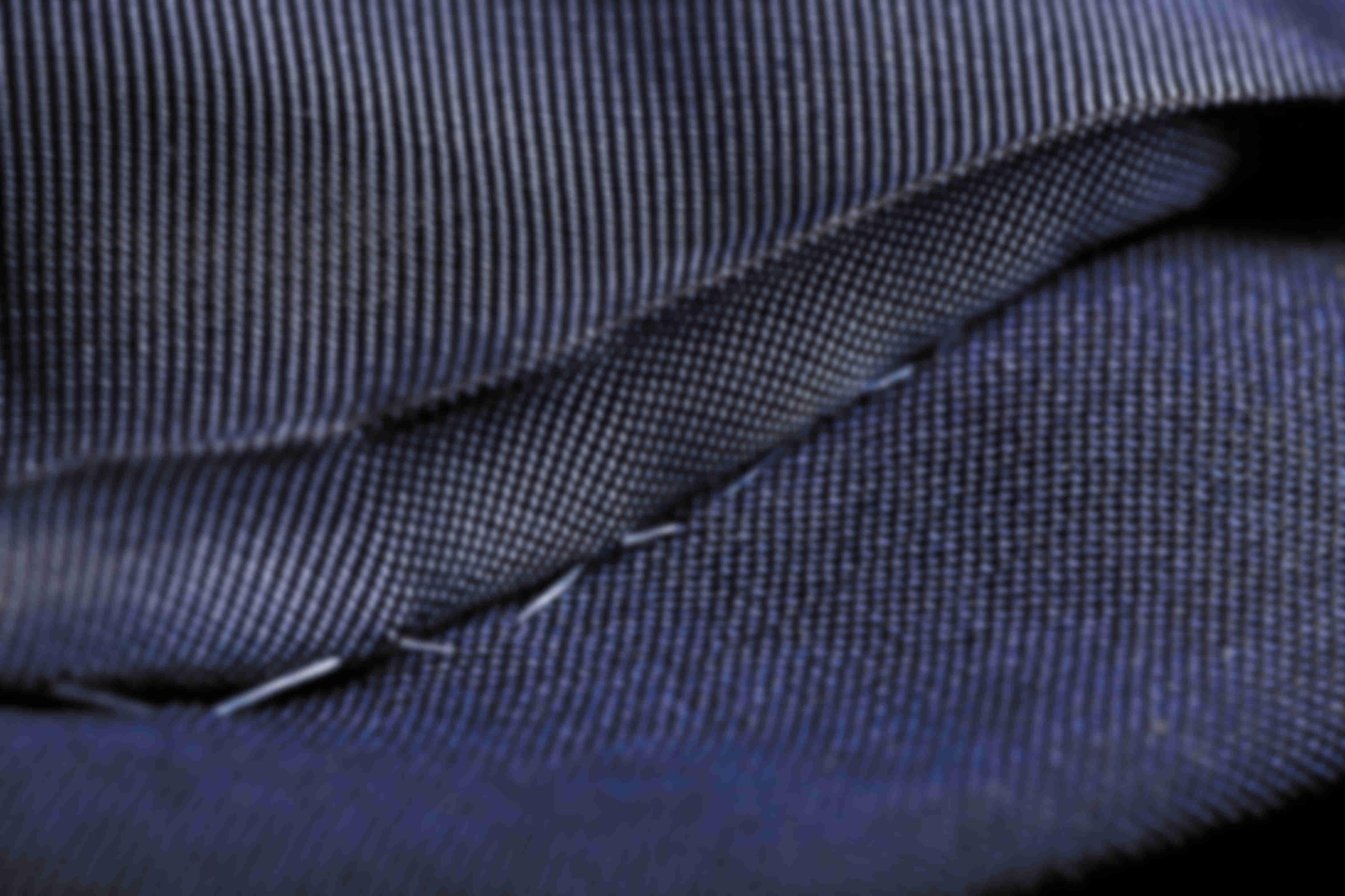 Zoom sur la fabrication à la main des coutures des doublures des vestes sur mesure Atelier Mesure
