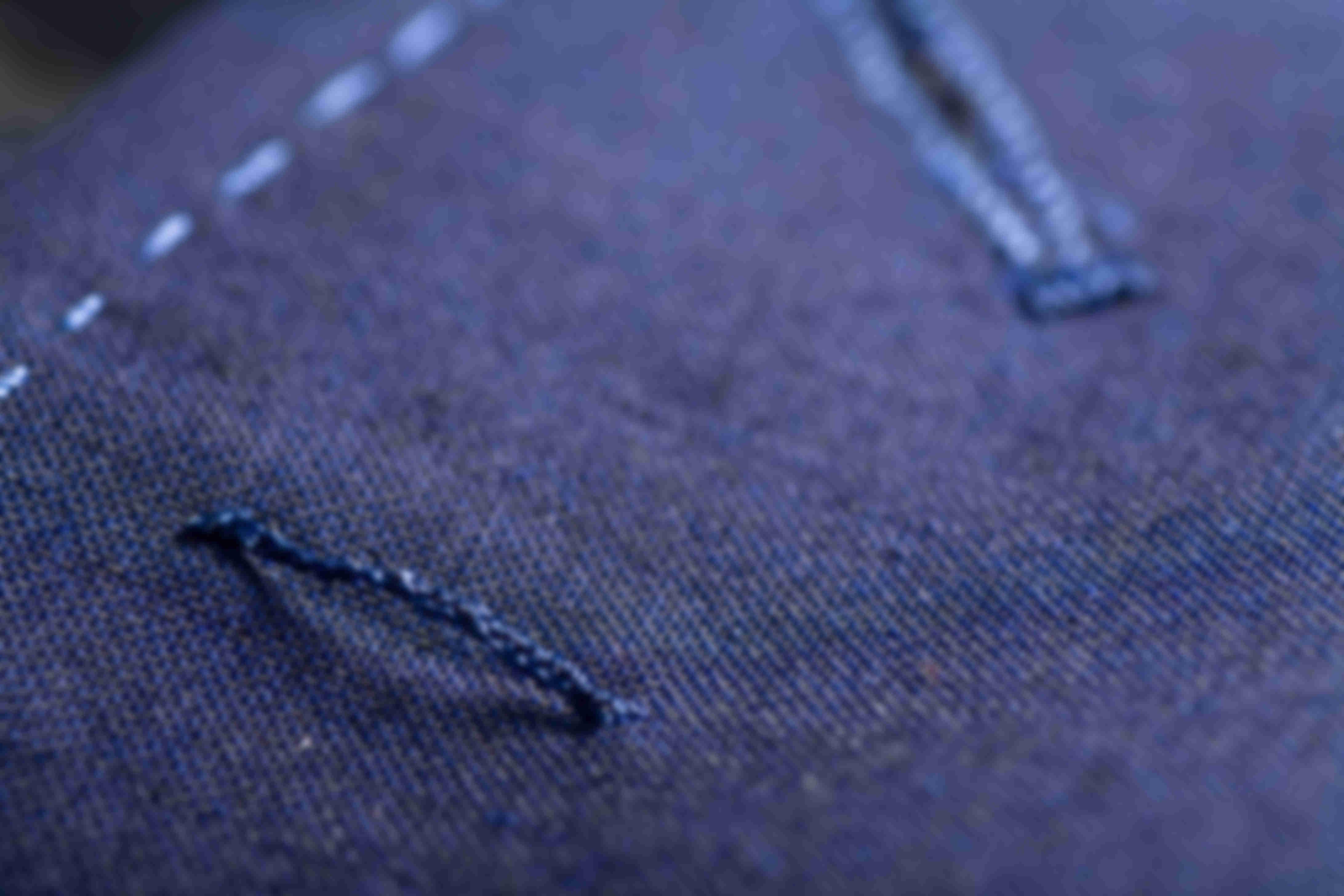 Zoom sur la lichette sous col d'une veste sur-mesure Atelier Mesure
