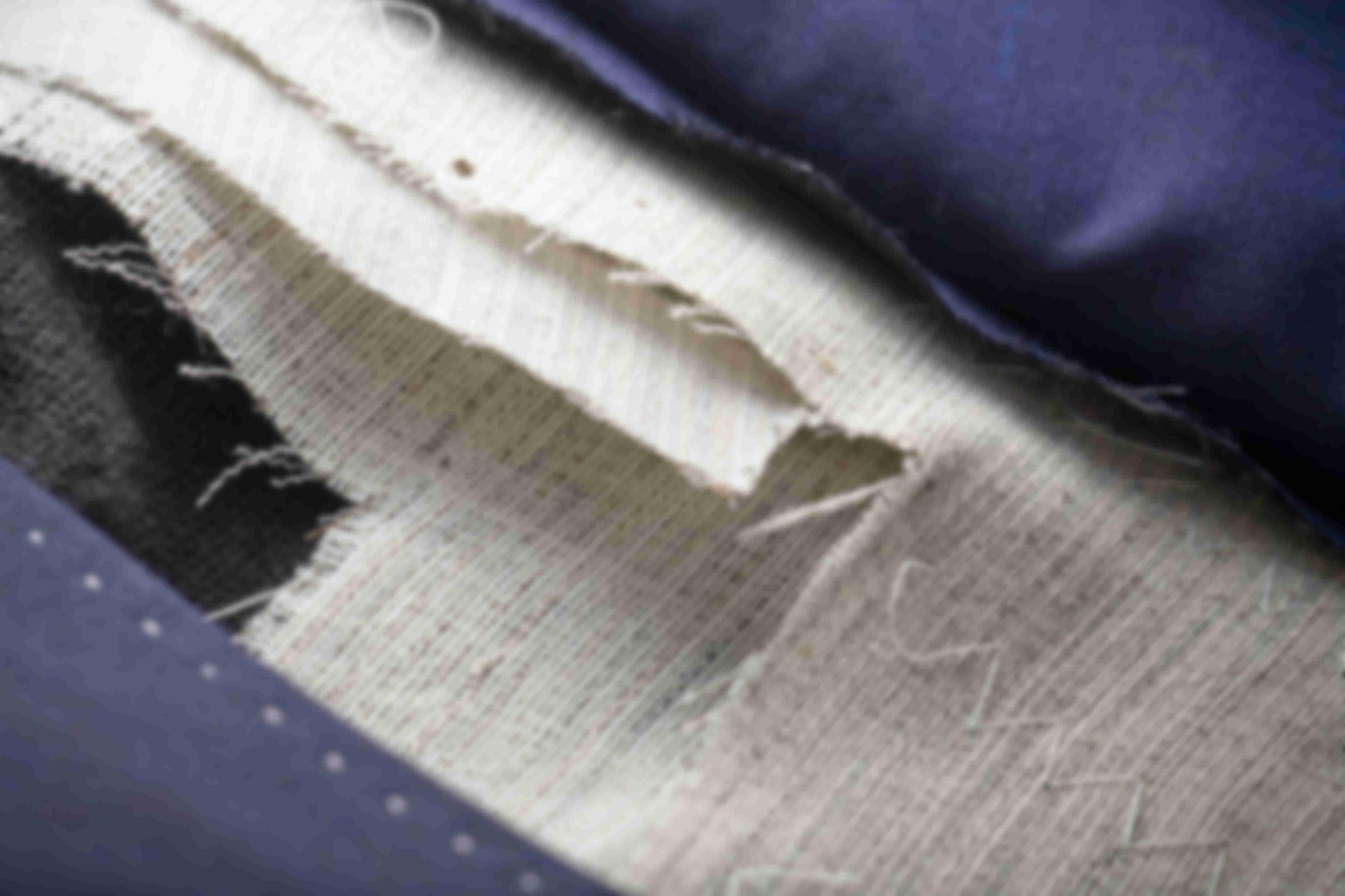 Zoom sur la fabrication de la toile en crin de cheval et l'entre toile en coton d'une veste sur mesure Atelier Mesure