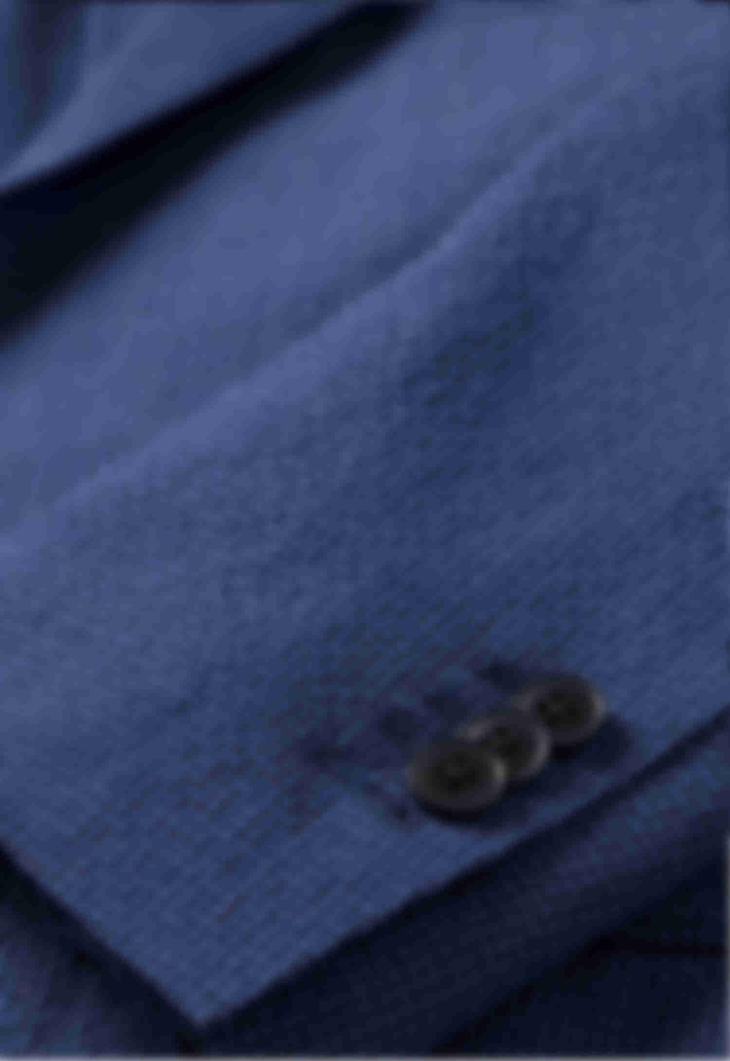 Détail boutonnière ouverte manche veste seersucker bleu