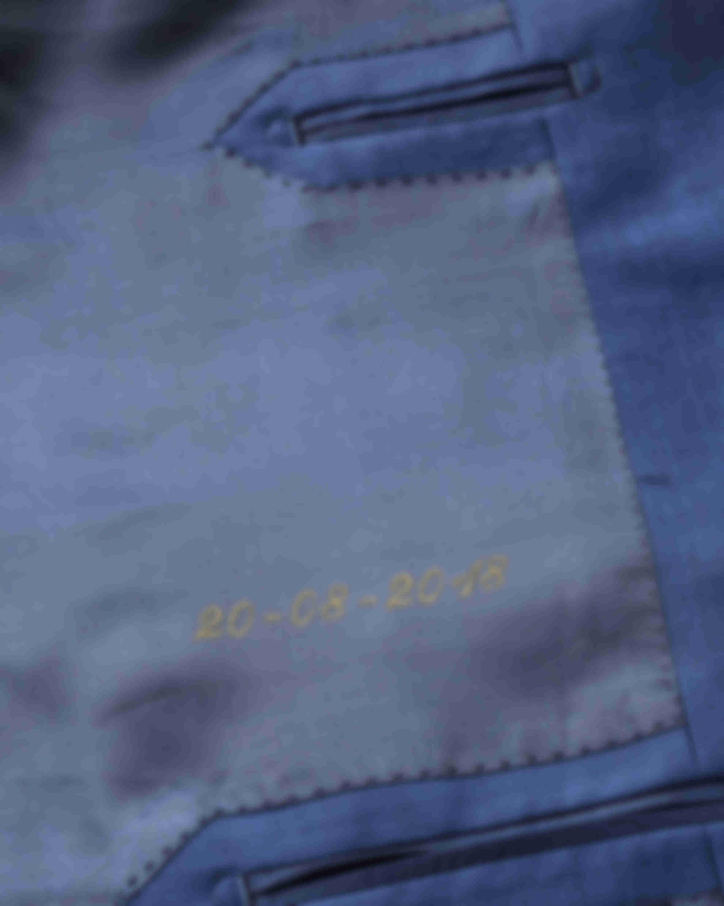 Zoom sur la broderie de la date de mariage à l'intérieur d'une veste sur mesure Atelier Mesure