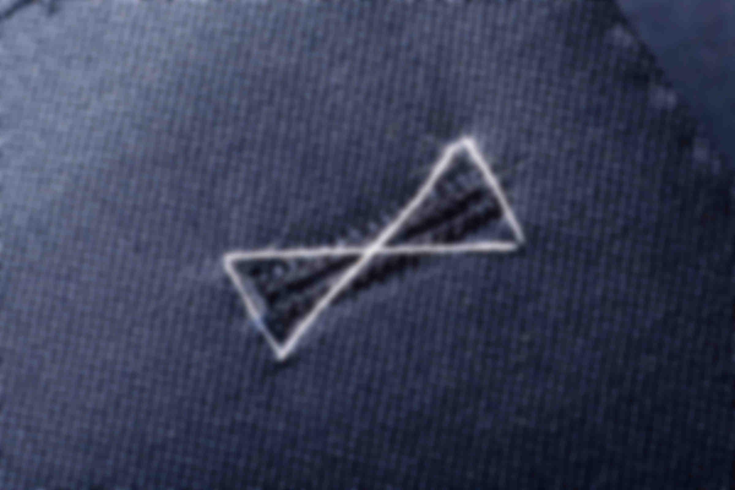 Zoom sur le détail de fabrication des fils de bâti des boutonnières de vestes sur mesure Atelier Mesure