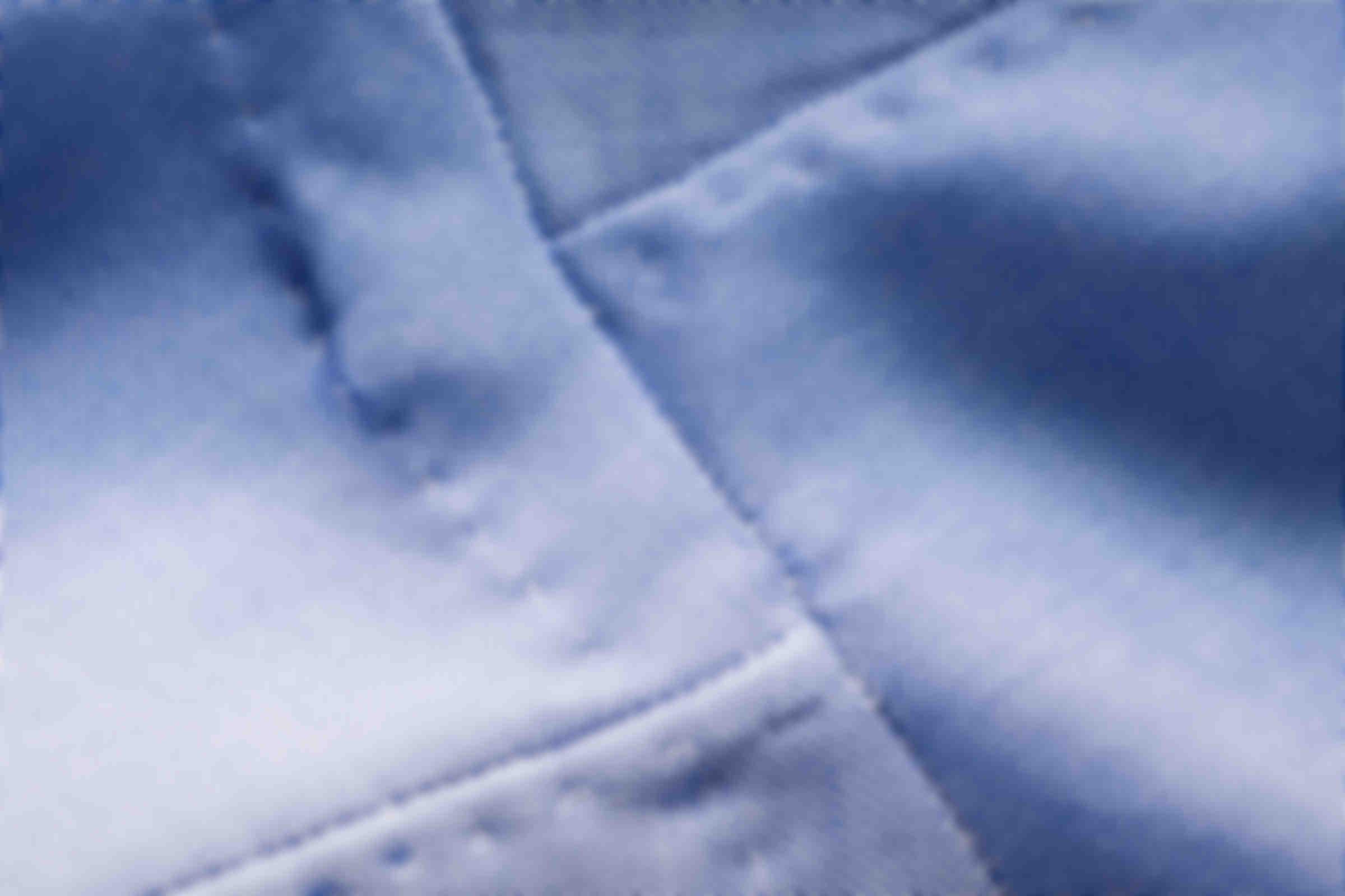 Zoom sur la fabrication à la main des coutures décalées des manches des chemises sur mesure Atelier Mesure