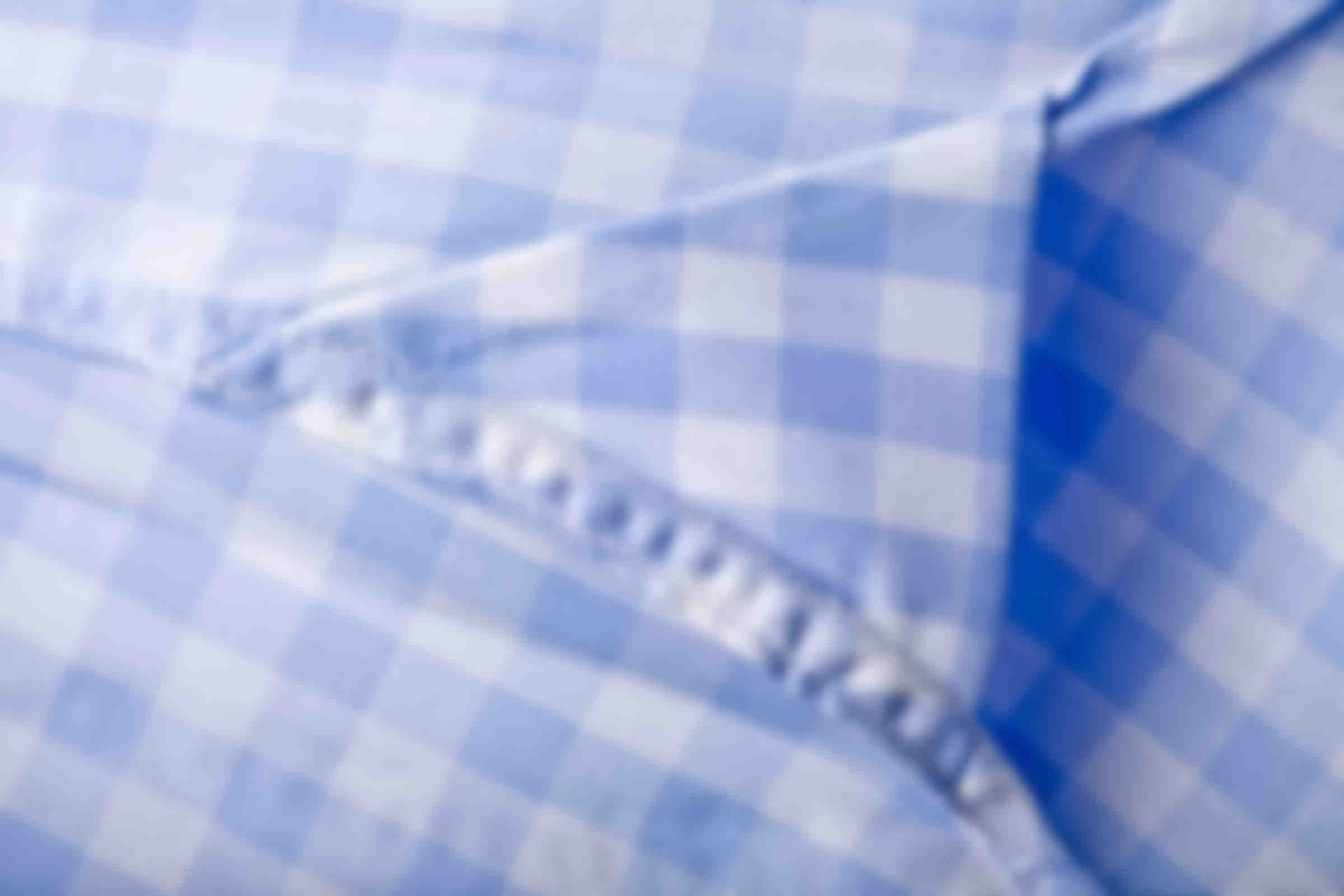 Zoom sur la fabrication des hirondelles de renfort en bas de chaque chemise sur mesure Atelier Mesure