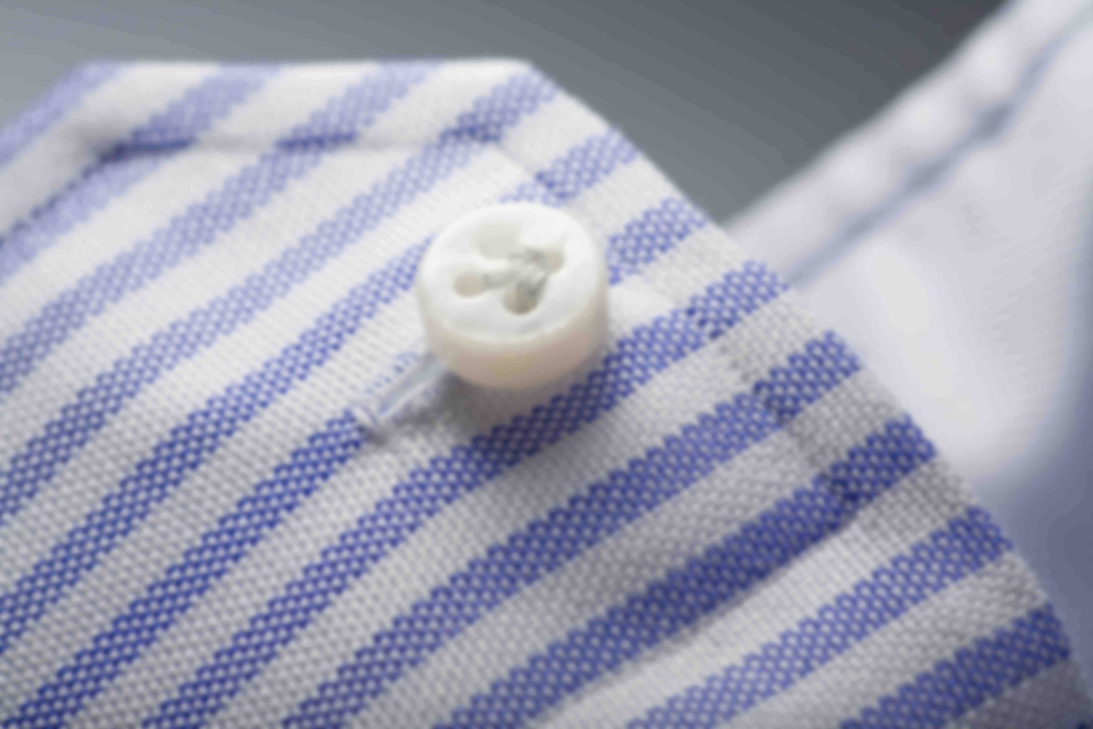 """Zoom sur la fabrication à la main du montage en Fleur de Lys ou """"Zampa di Gallina"""" des boutons de chemises sur mesure Atelier Mesure"""