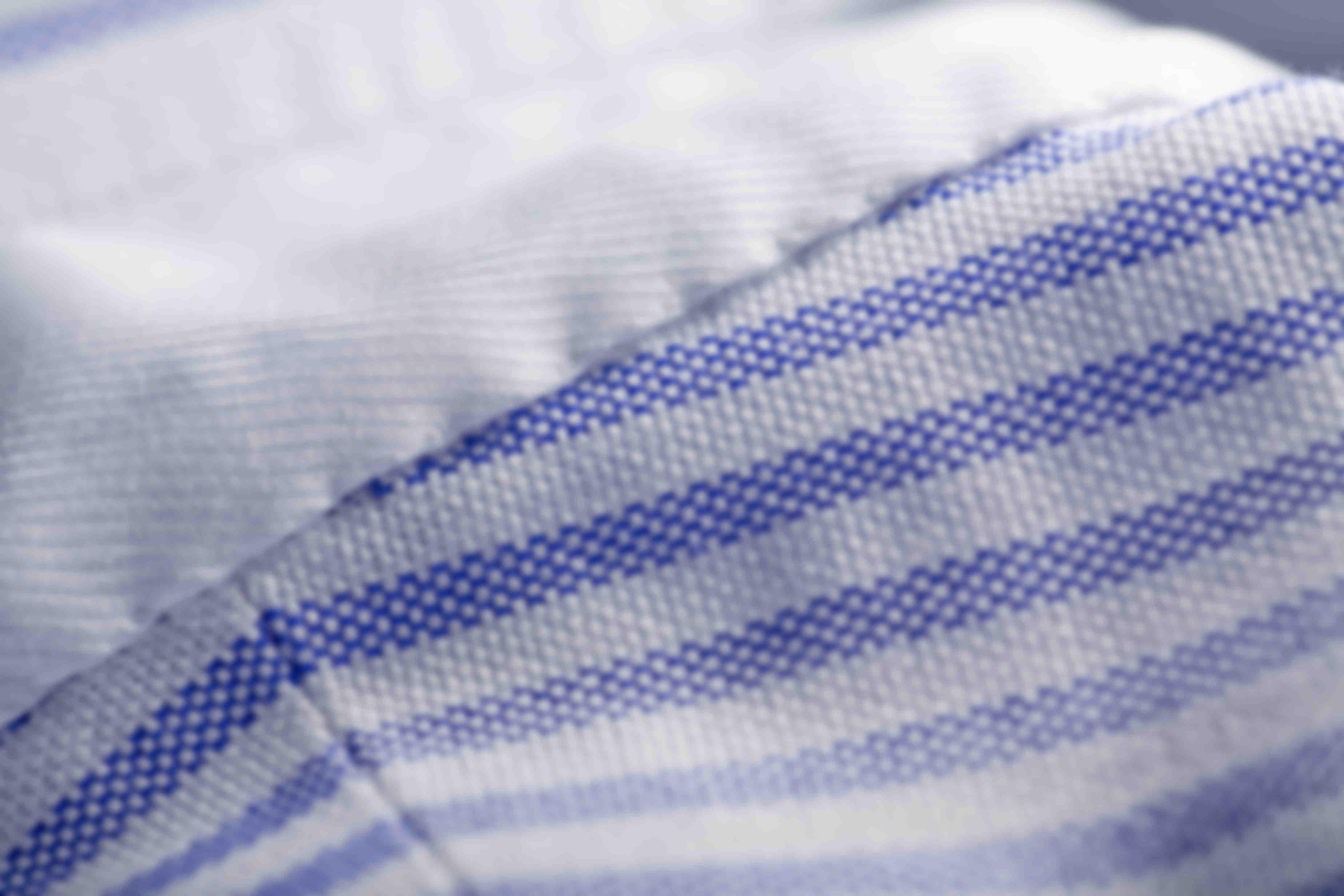 Zoom sur la fabrication à la main de la fixation du col des chemises sur mesure ATELIER MESURE