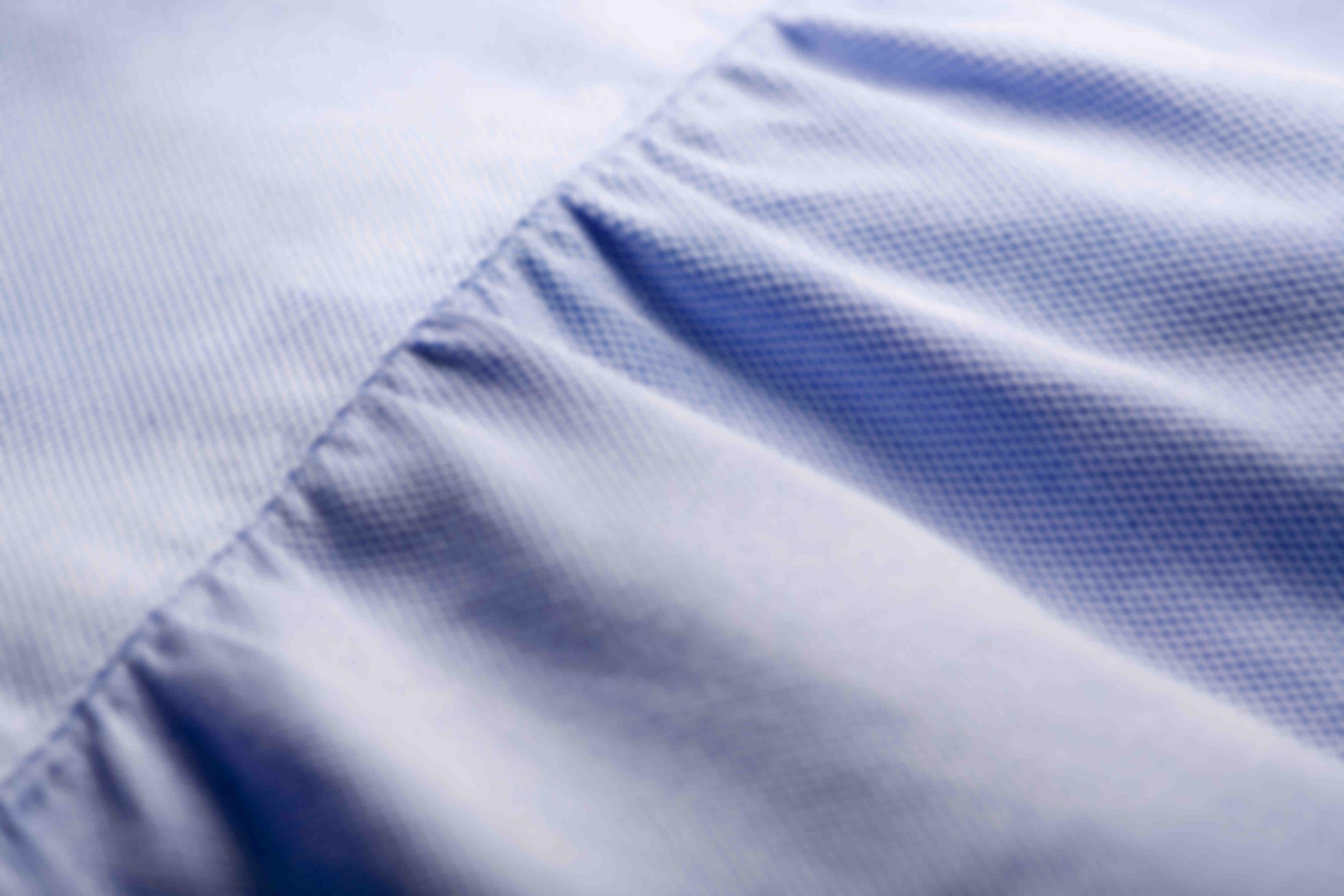 Zoom sur la fabrication à la main des fronces dans le dos des chemises sur mesure Atelier Mesure