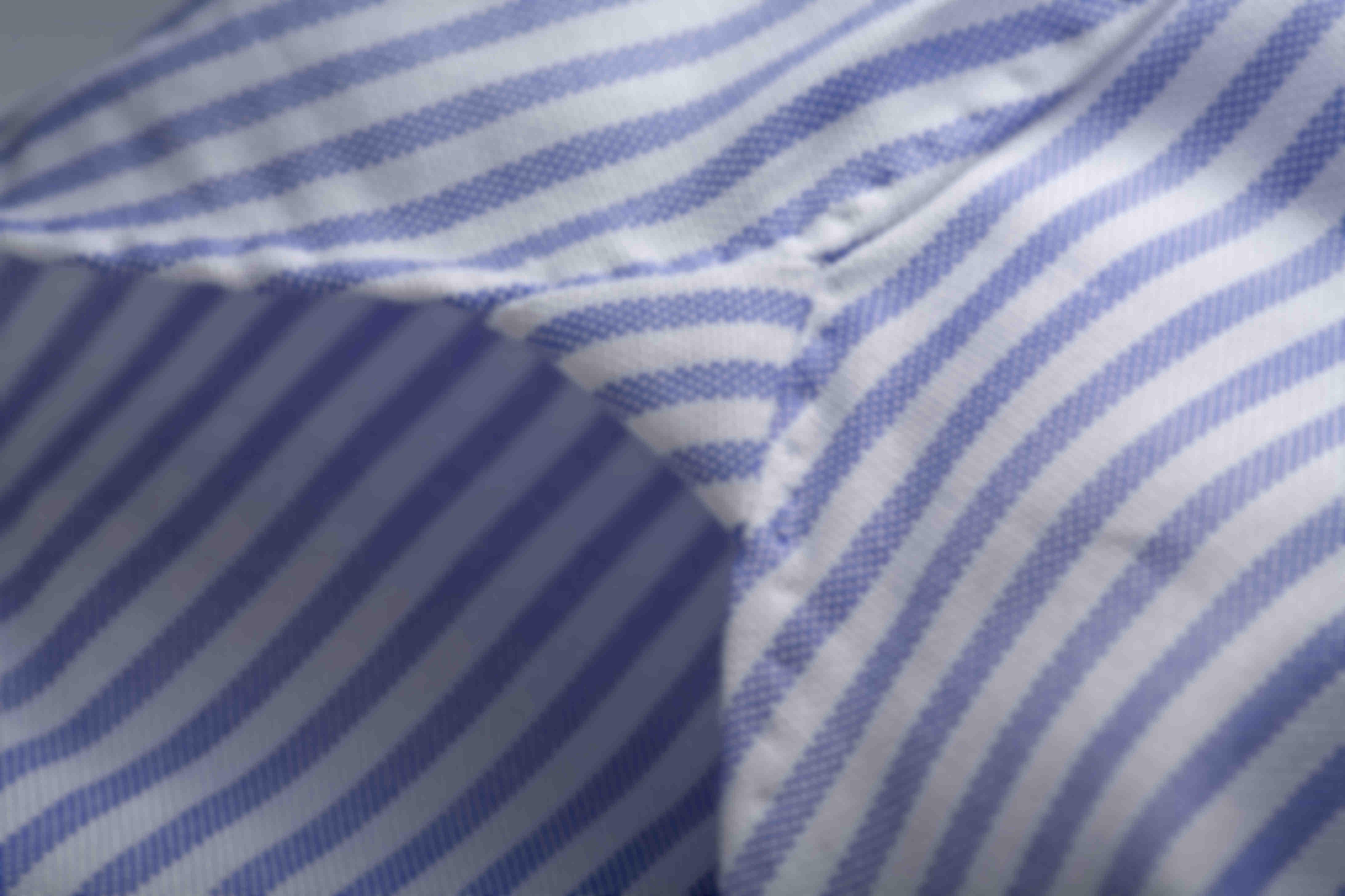 Zoom sur la fabrication à la main des hirondelles de renfort en bas des chemises sur mesure Atelier Mesure