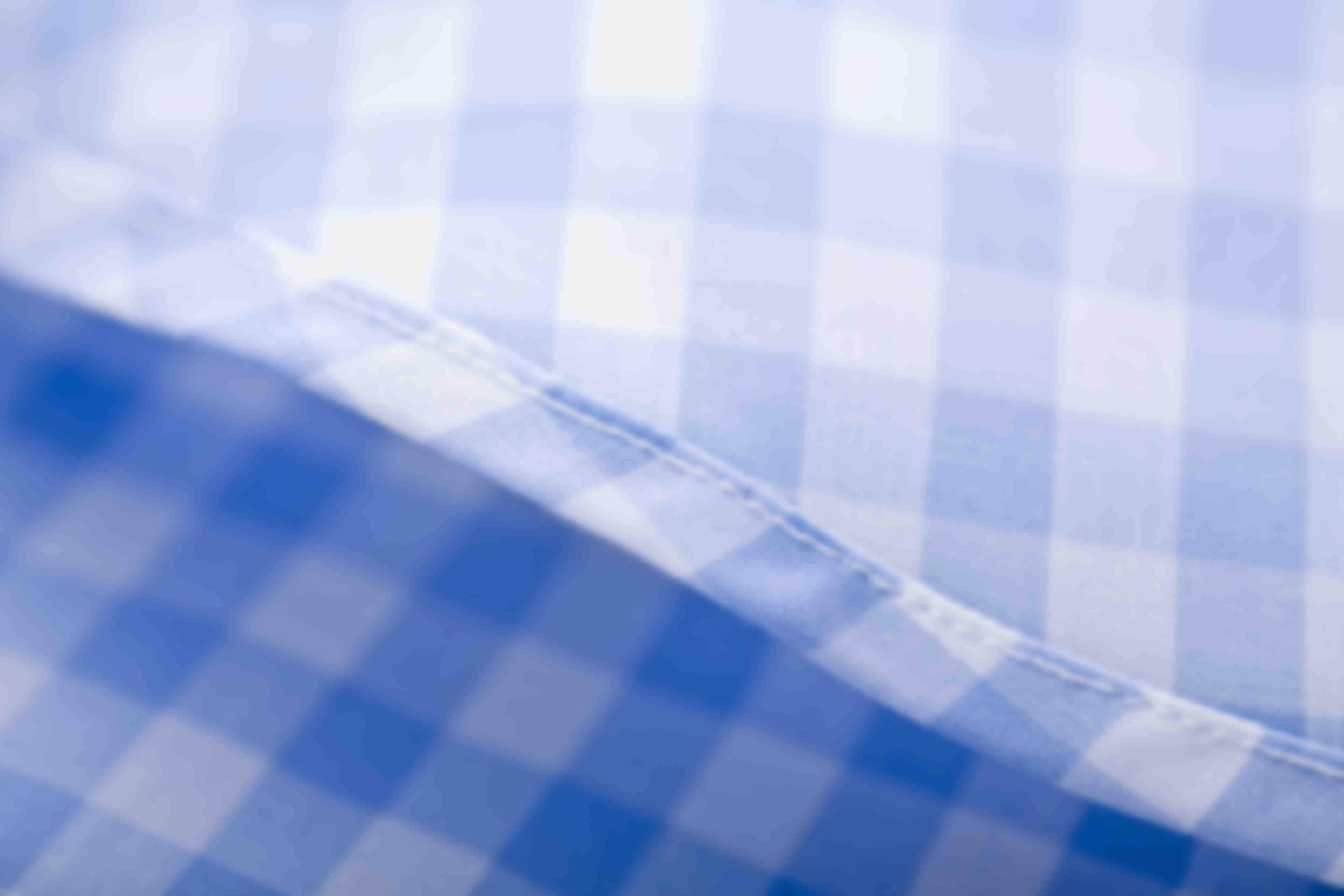 Détail de fabrication sur le roulottage à la main des ourlets de chemises sur mesure Atelier Mesure