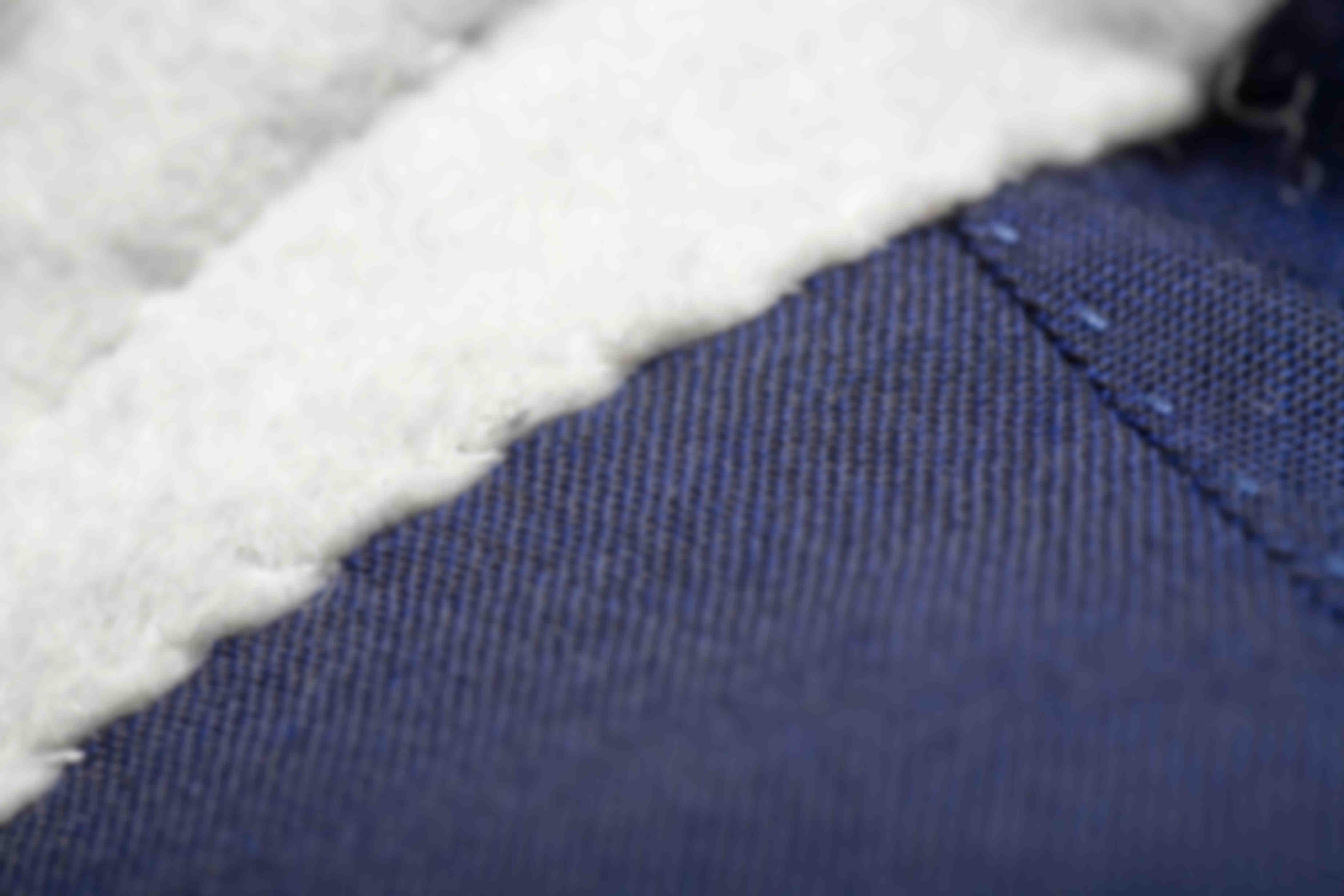 Zoom sur la fabrication à la main du montage de la feutrine de col des vestes Atelier Mesure