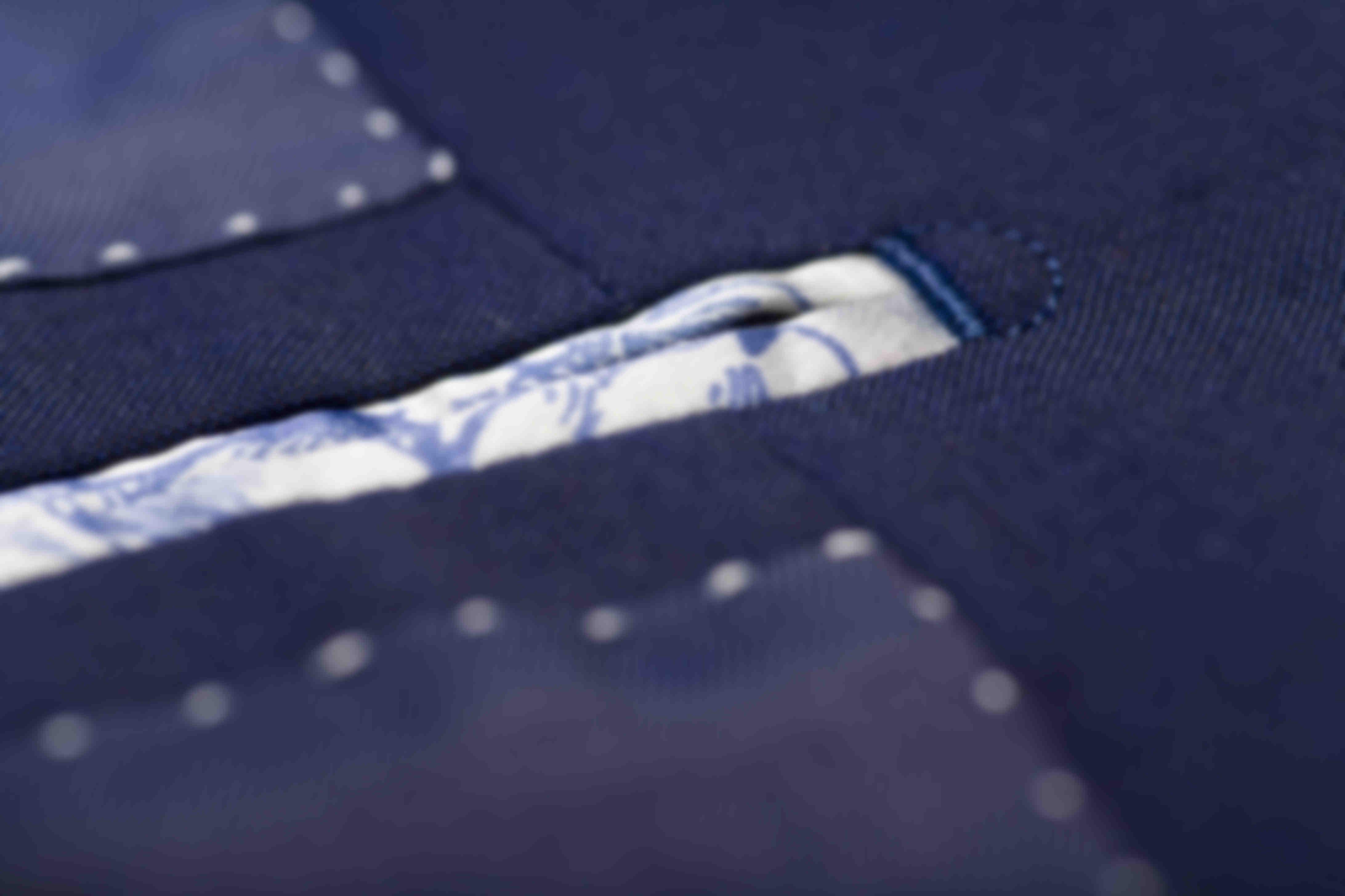 Zoom sur la fabrication et du point de lune d'un Passepoil Poche intérieur d'une veste sur-mesure Atelier Mesure
