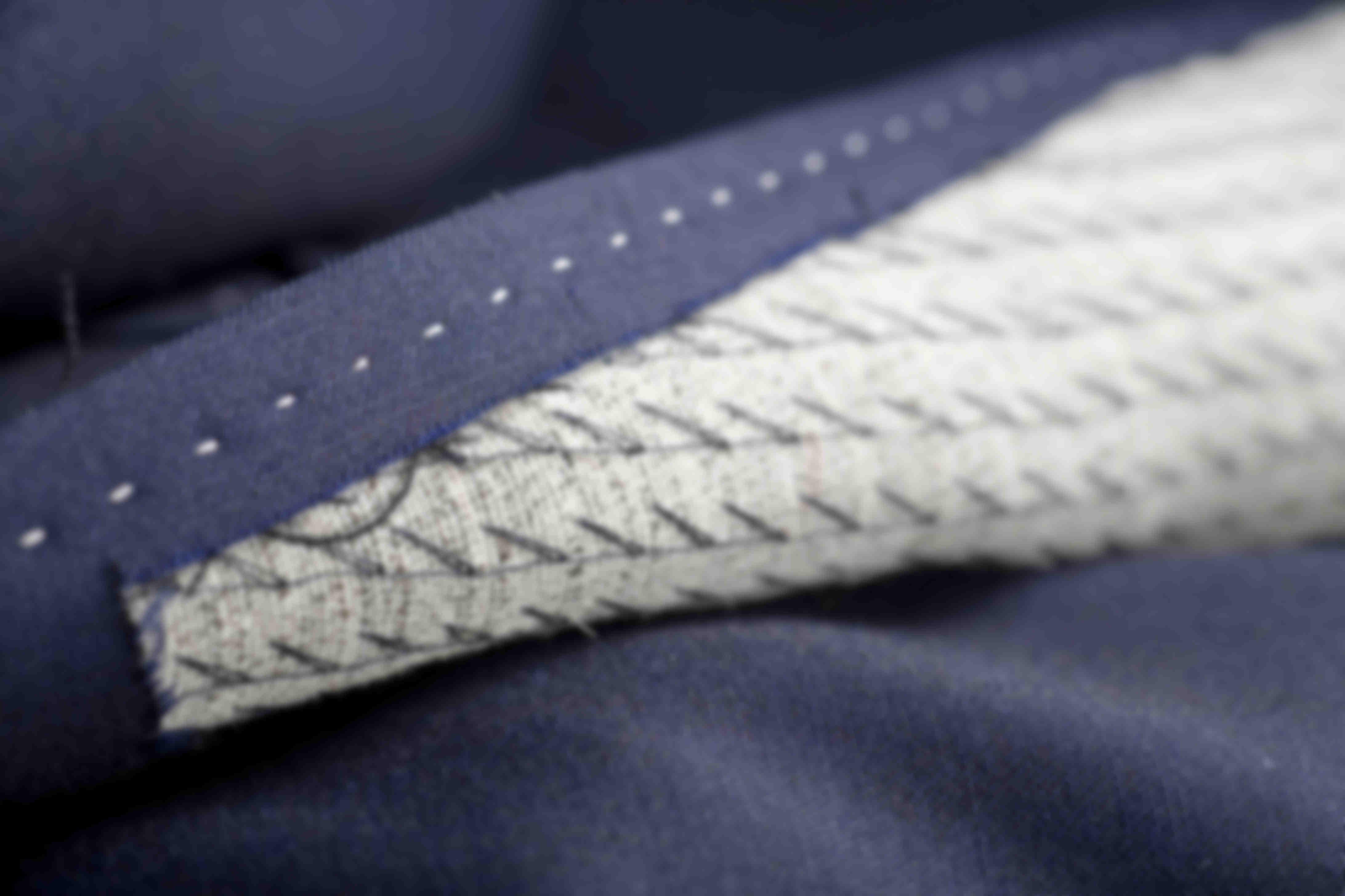 """Zoom de fabrication sur les revers roulant """"rollino"""" d'une veste sur mesure Atelier Mesure"""