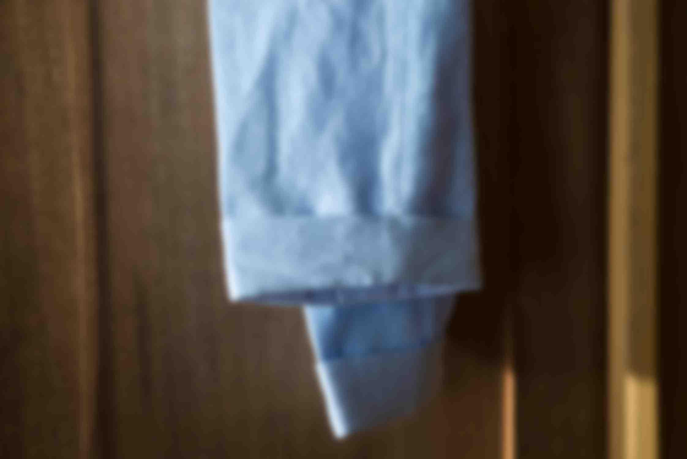 Chino sur mesure lin bleu ciel par Atelier Mesure