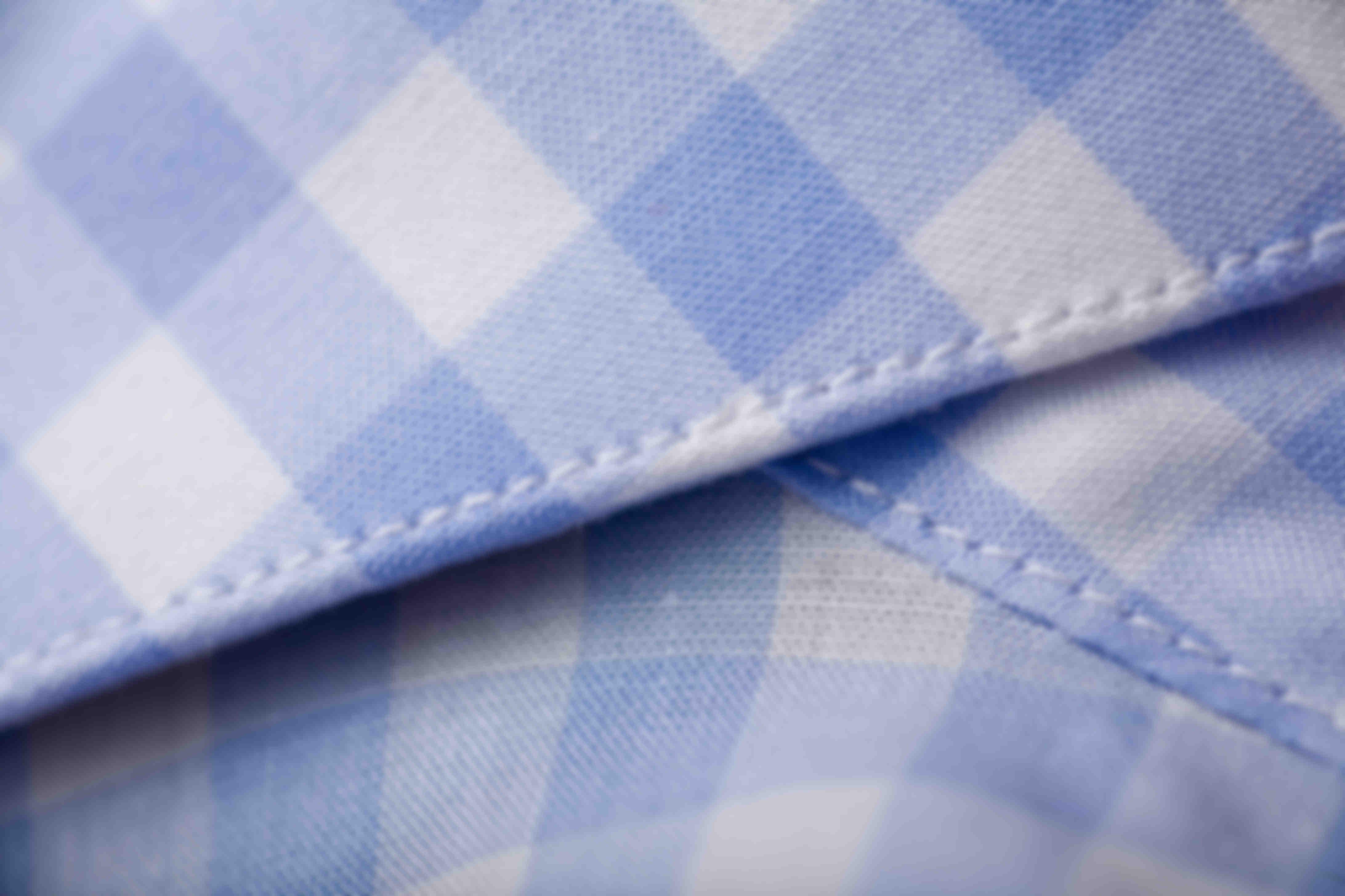 zoom sur les 9 points de couture par centimètre d'une chemise Atelier Mesure