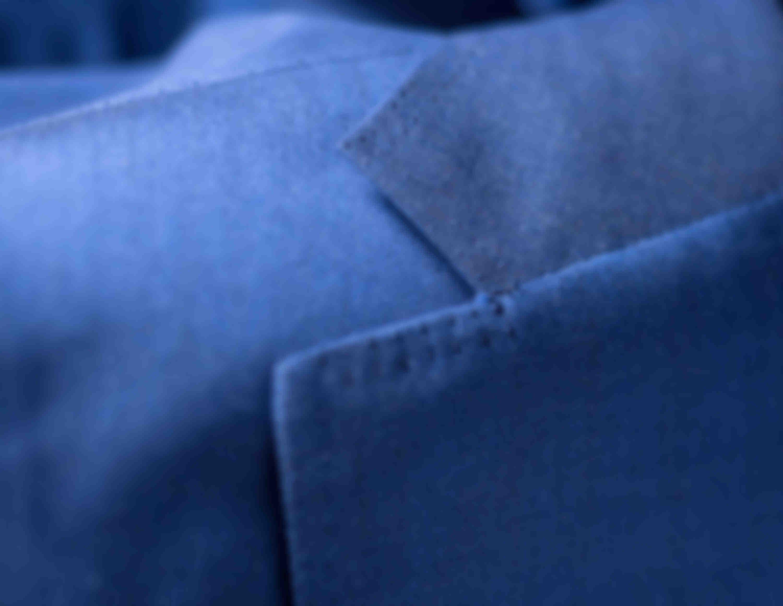 Zoom sur la double surpiqûre AMF sur revers faite main sur les vestes sur mesure Atelier Mesure