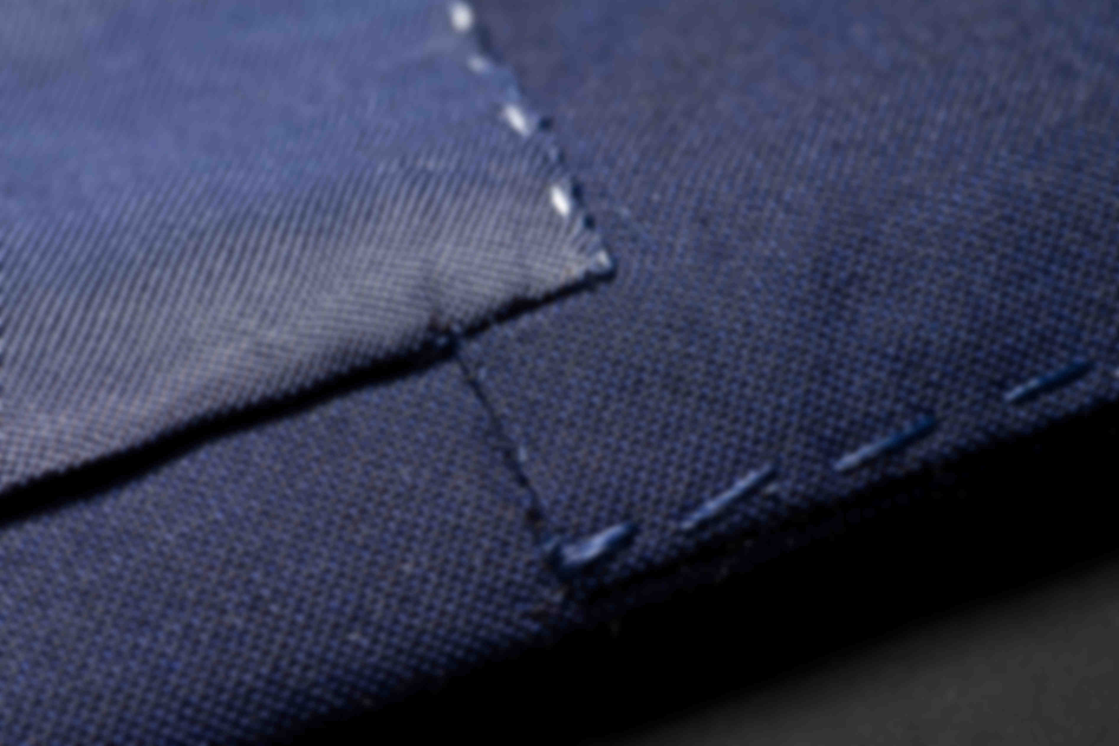Détail de fabrication des coutures de doublure et parmenture des vestes sur mesure Atelier Mesure