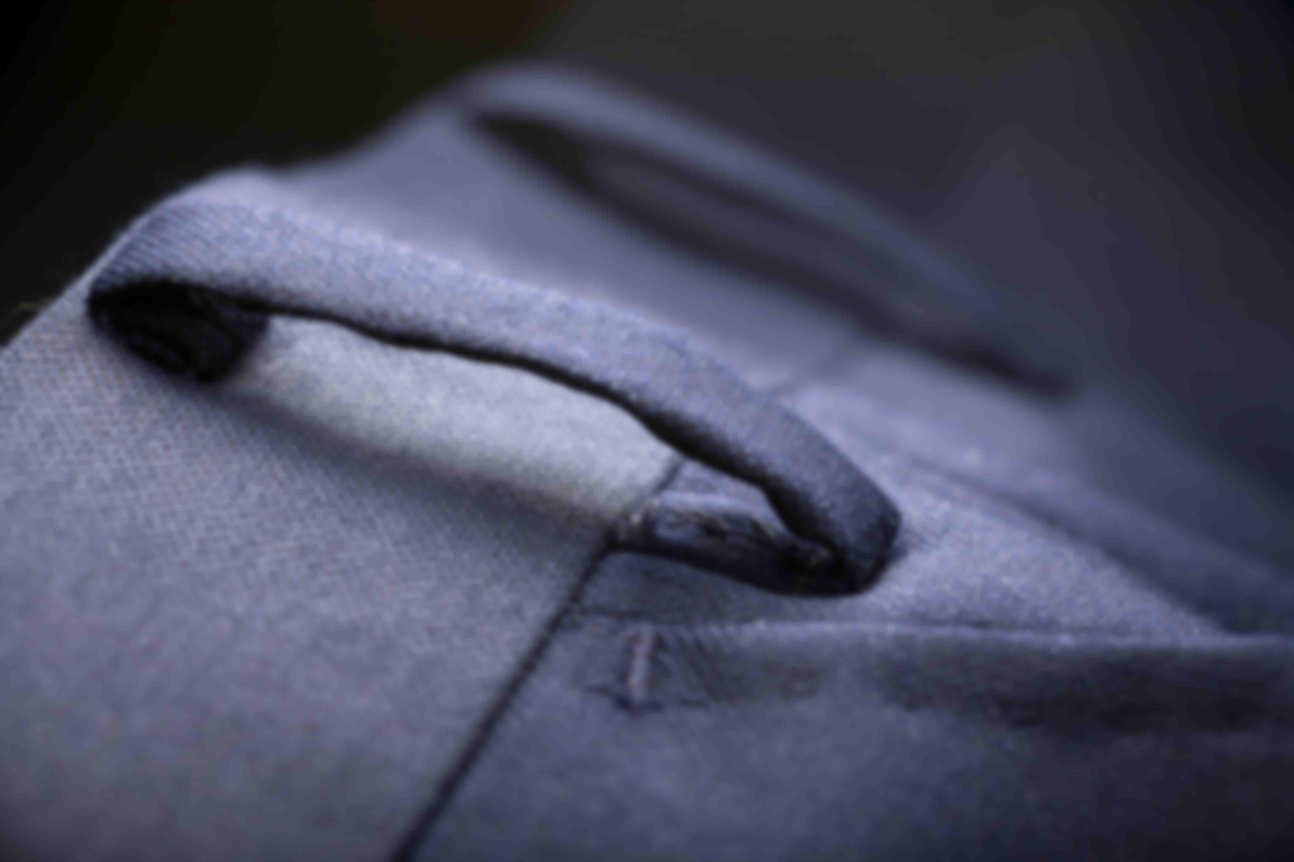 Détail sur la fabrication sans couture des passants de ceinture des pantalons sur mesure Atelier Mesure