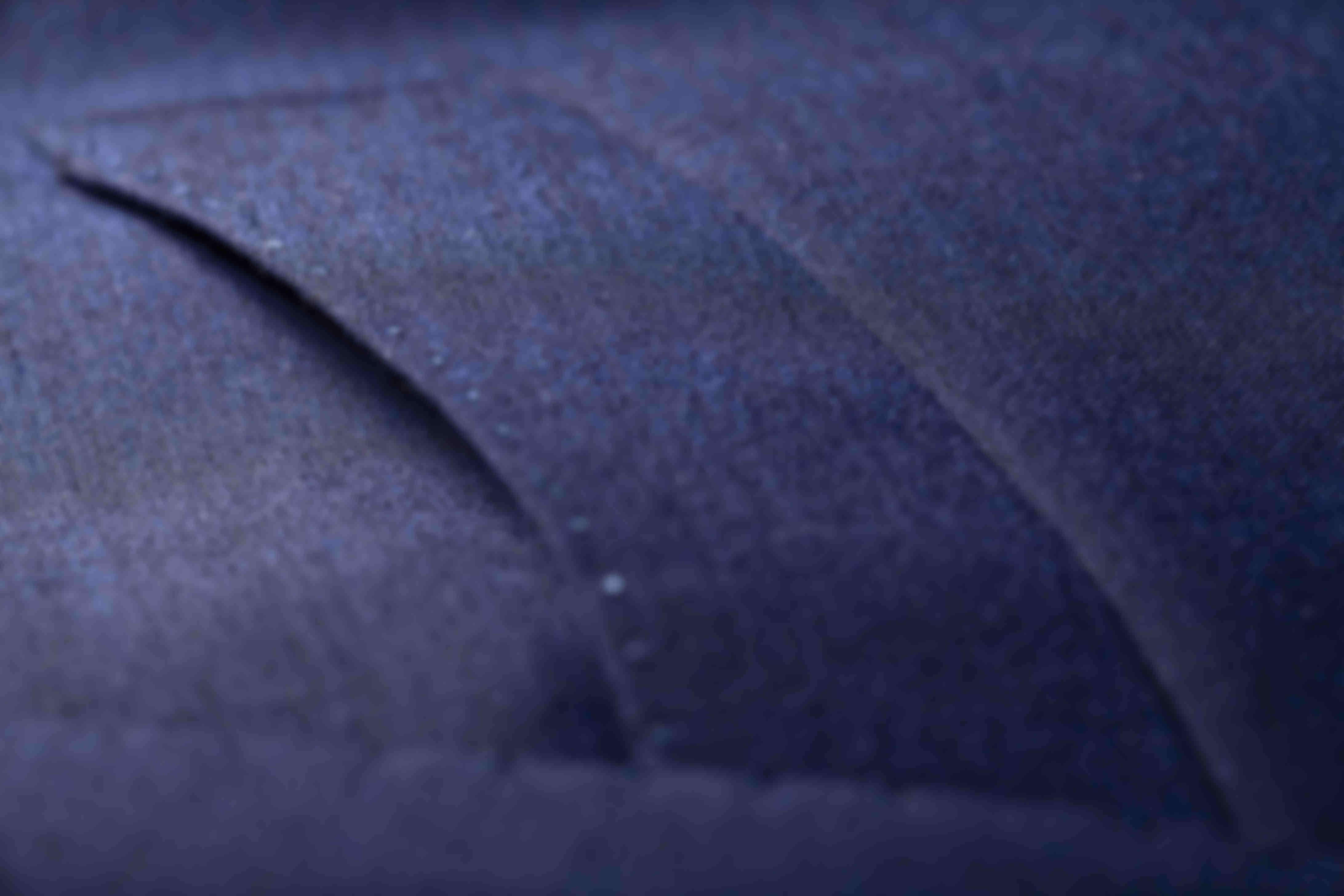 """Zoom sur la fabrication à la main des poches poitrines arrondies """"Barquetta"""" sur les vestes sur mesure Atelier Mesure"""