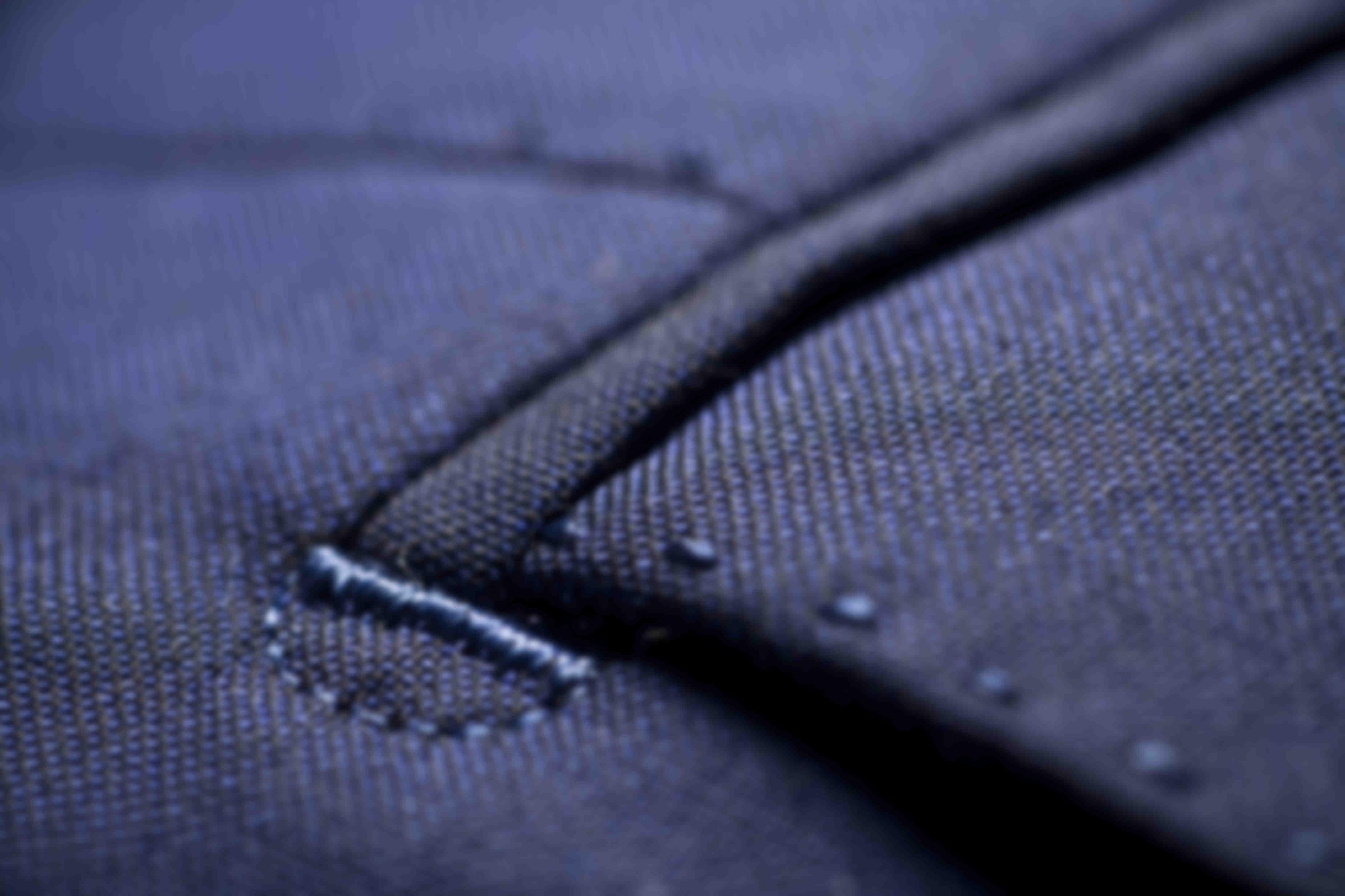 Zoom sur la fabrication des points d'arrêts et demi lunes au niveau des poches des vestes sur-mesure Atelier Mesure