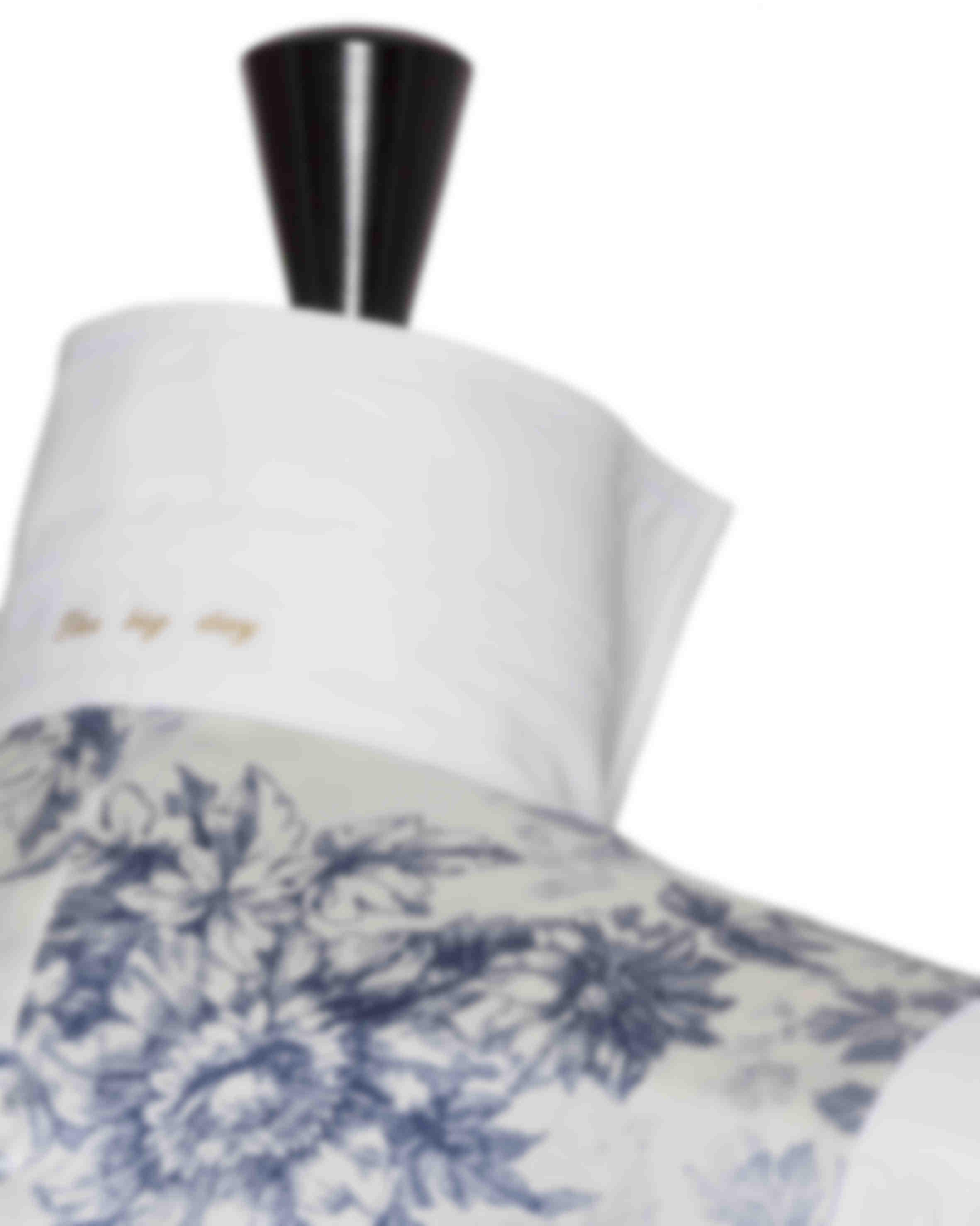 Zoom sur une broderie personnalisable à l'intérieur du col d'une chemise sur mesure Atelier Mesure