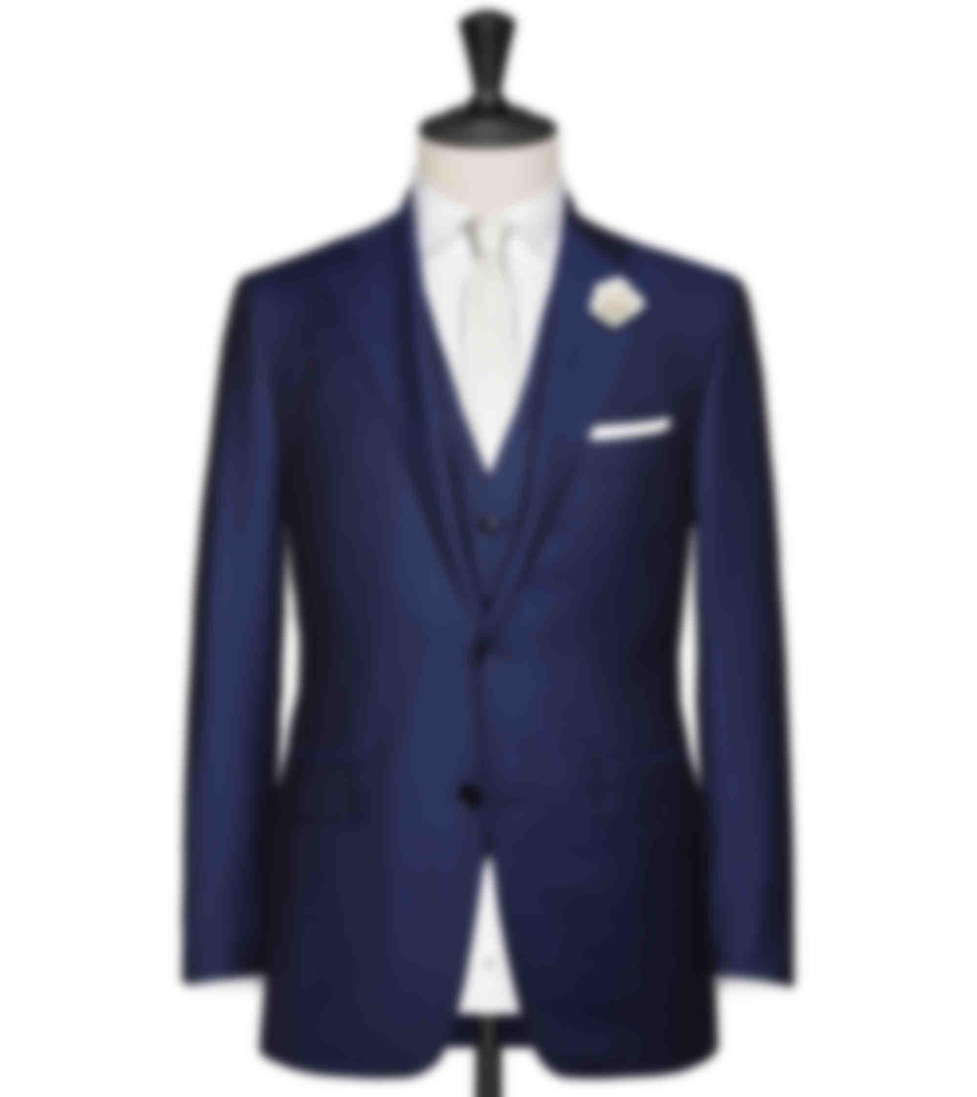 Costume sur mesure Mariage 3 pièces bleu foncé avec cravate en soie crème et chemise sur mesure blanche