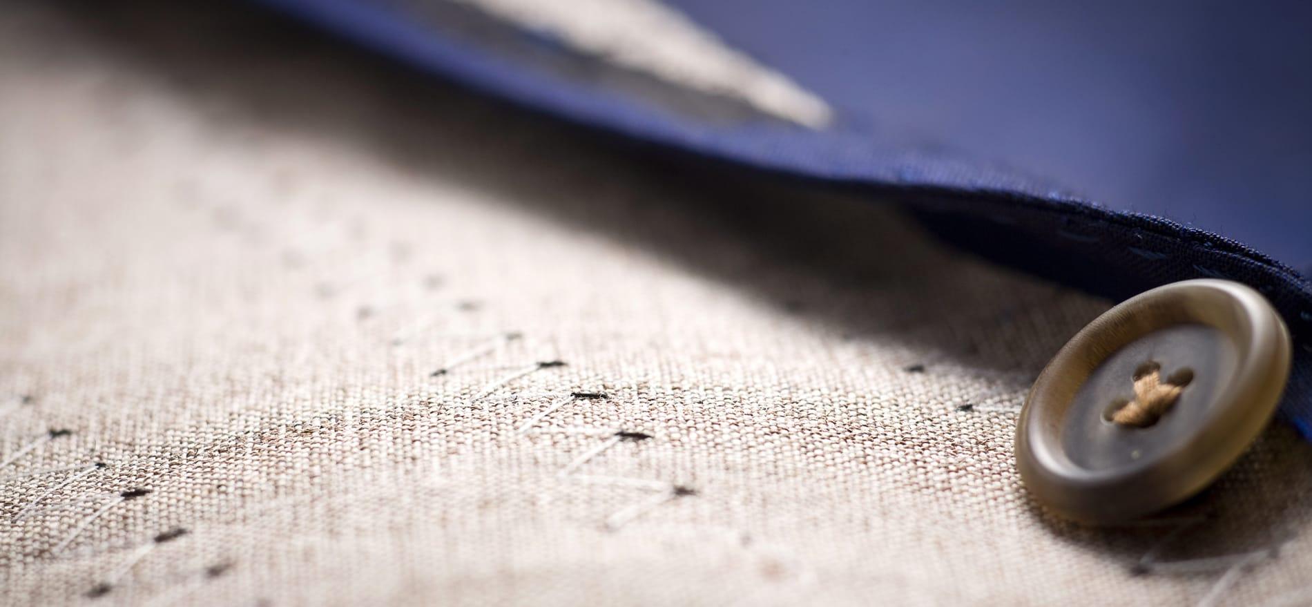 Zoom détail de fabrication sur l'entoilage tailleur crin de cheval d'une veste sur-mesure