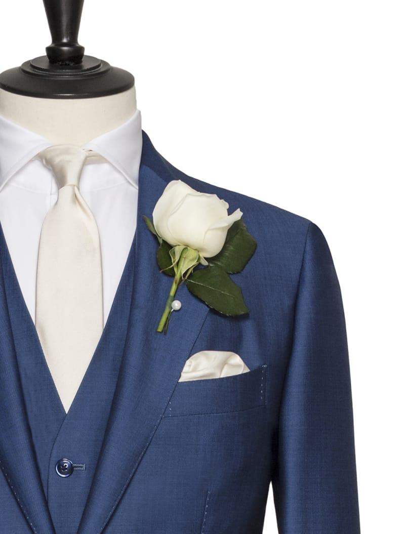 Costume avec gilet bleu sur mesure , chemise blanche et cravate soie crème avec rose blanche à la boutonnière